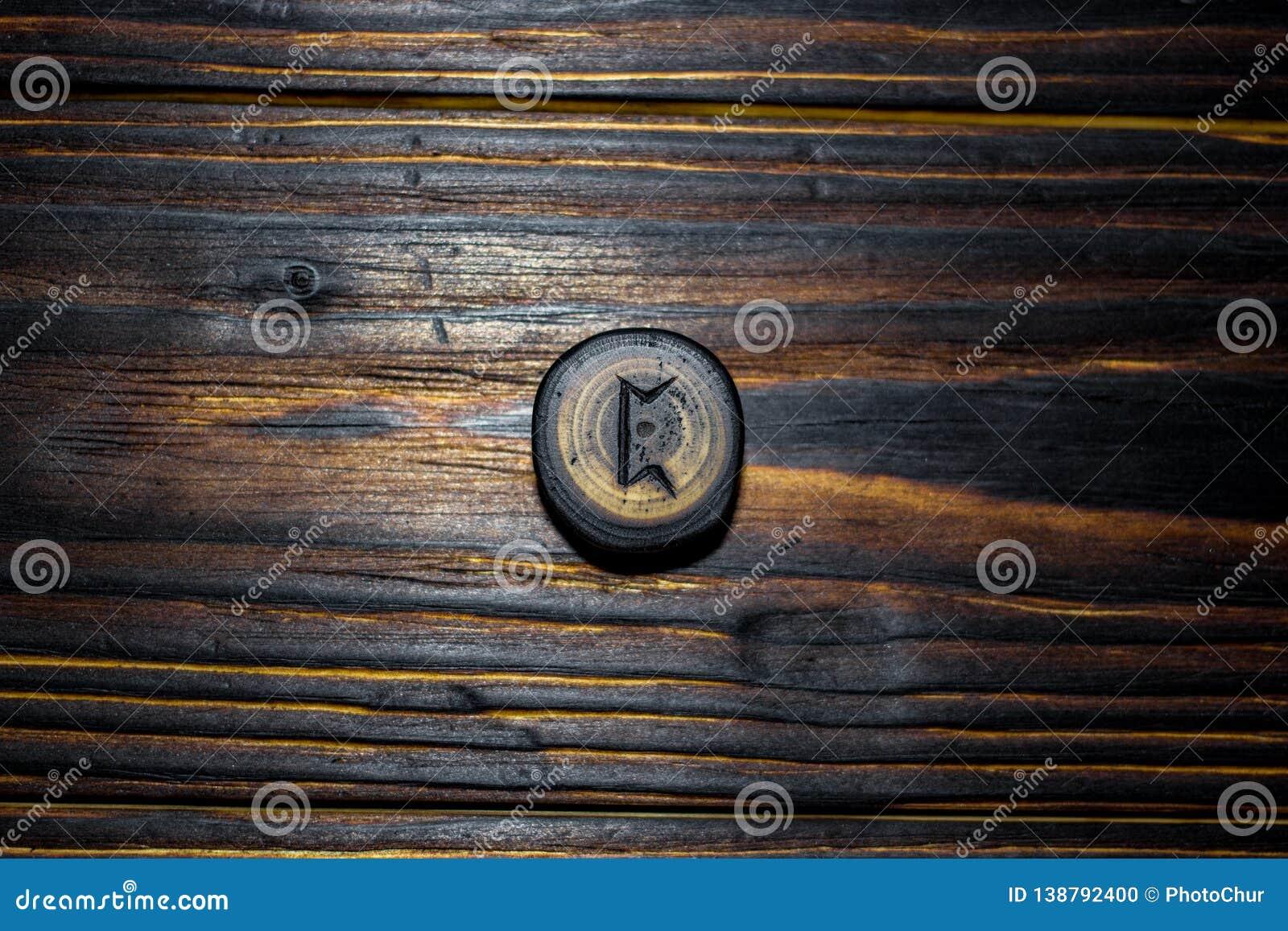 Rune Pertho Peord rzeźbił od drewna na drewnianym tle