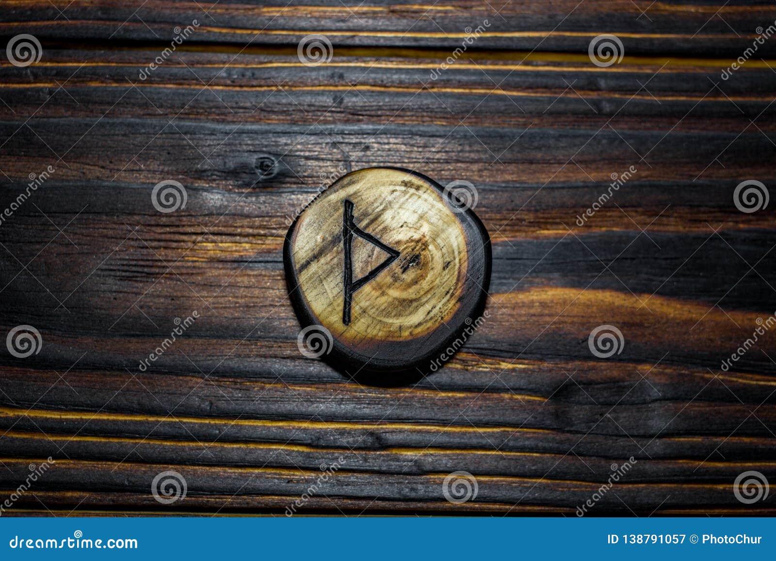 Rune Thurisaz Thurs rzeźbił od drewna na drewnianym tle