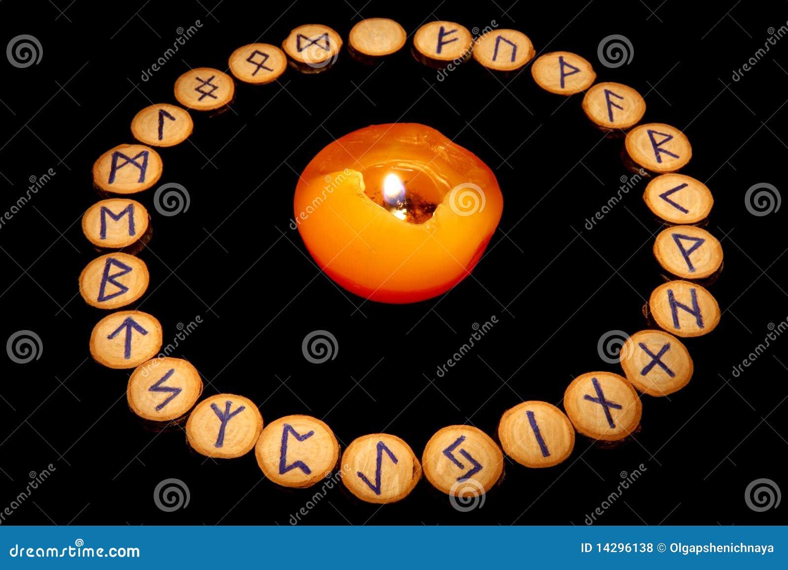 Runen um Kerze