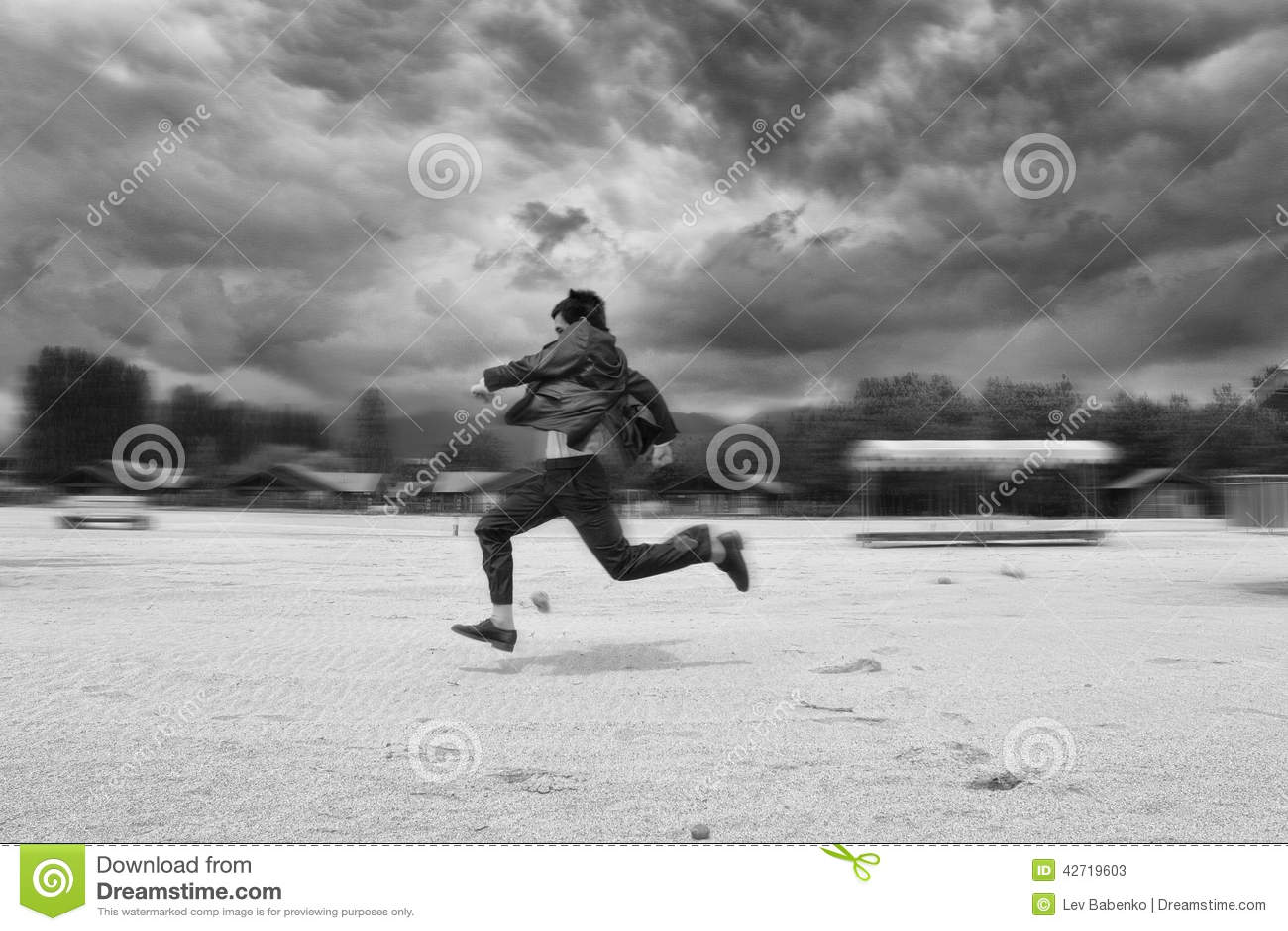 Runing在海滩的商人 背景迷离弄脏了抓住飞碟跳的行动