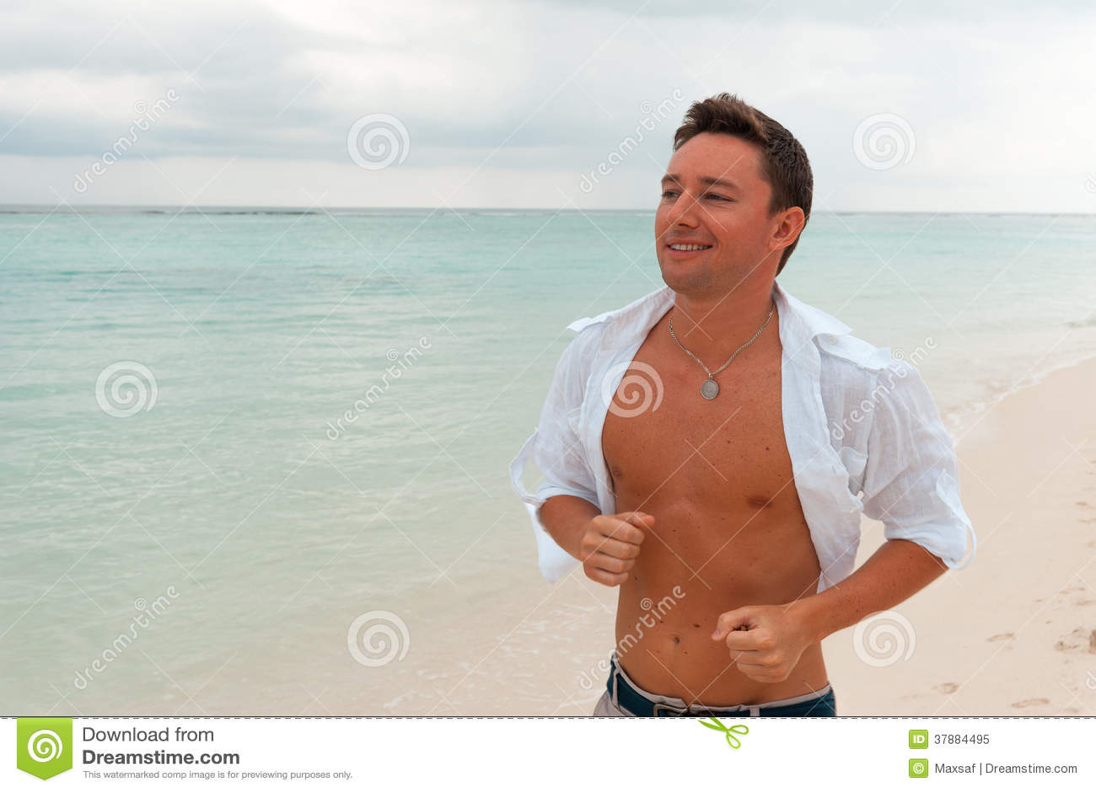 Runni facente maschio sorridente attraente di esercizio di forma fisica di sport felice