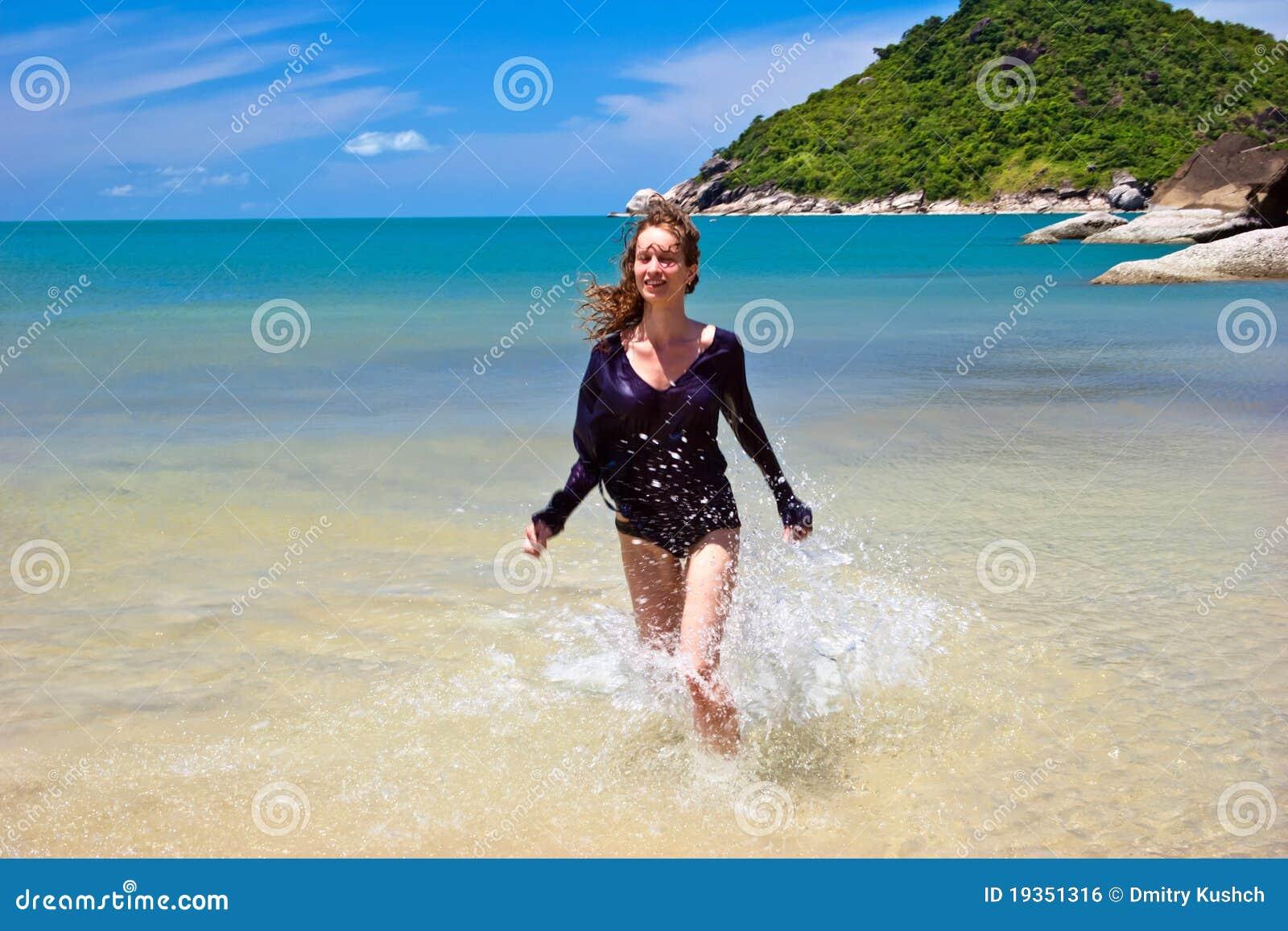 Runnigat da mulher a praia tropical