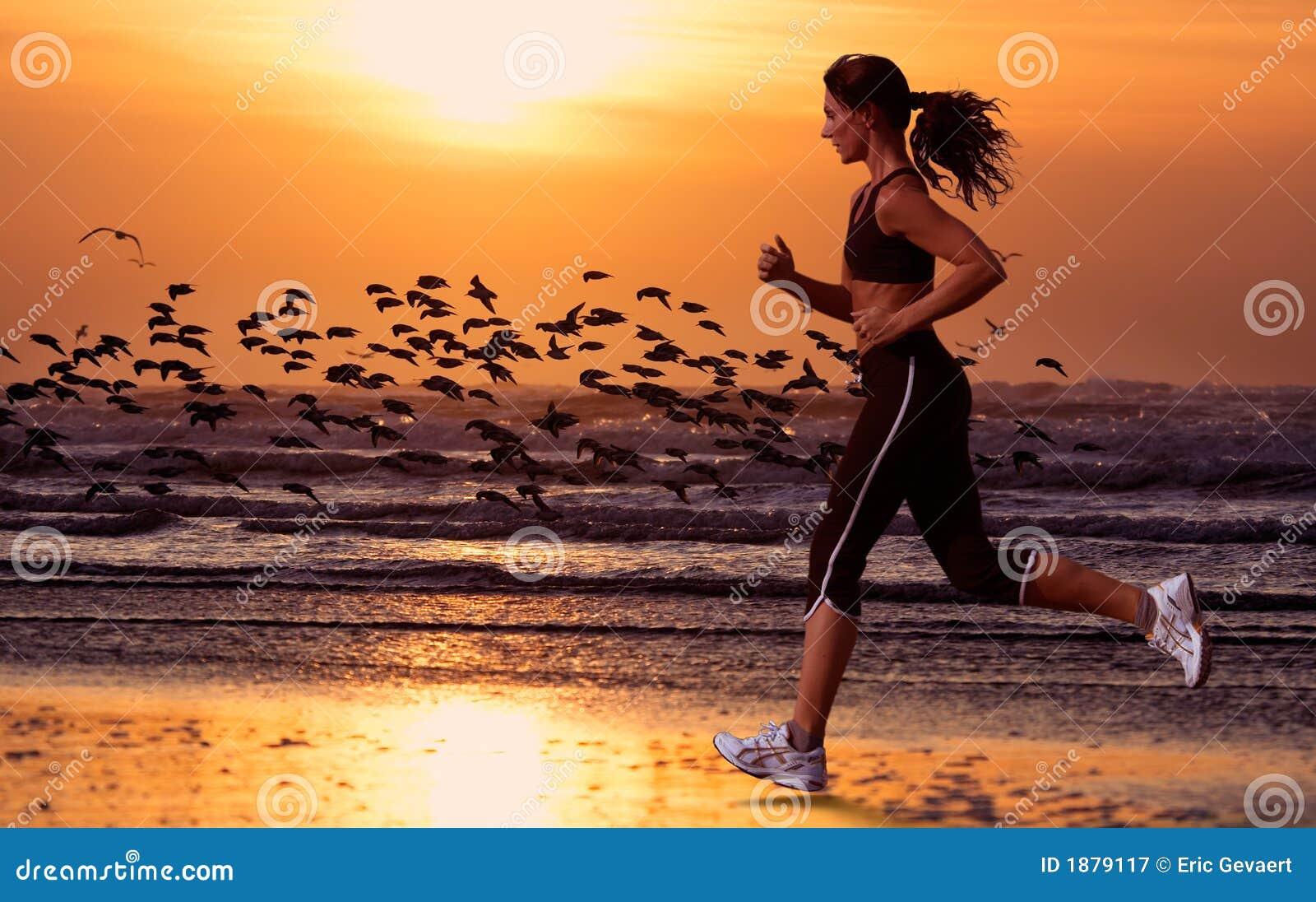 Running kvinna för strand