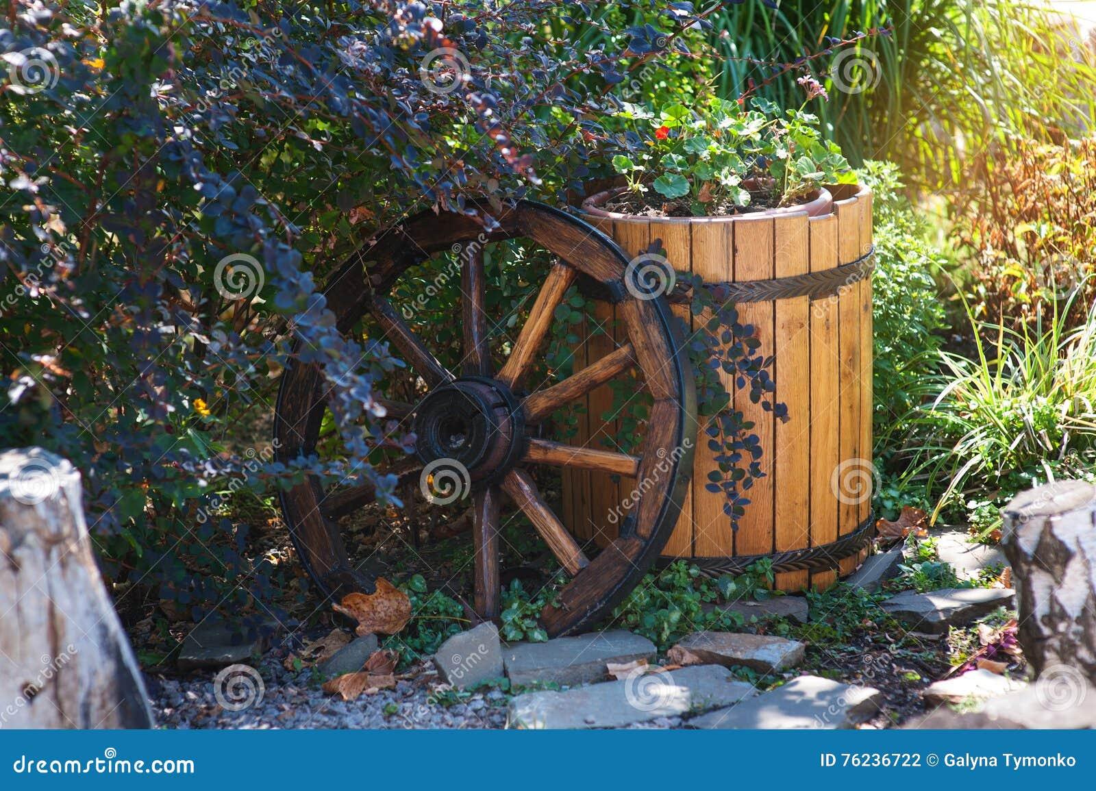 Elementi Decorativi Da Giardino : Ruota e barilotto di legno nel giardino come elementi decorativi