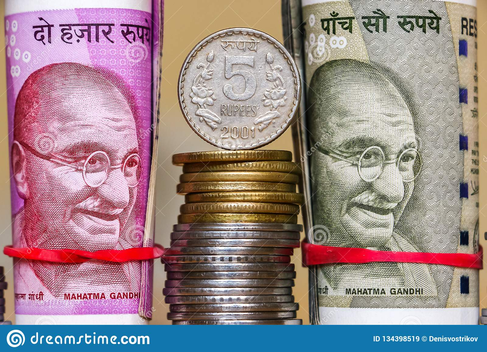 Rupias indias Billetes de banco y monedas empiladas