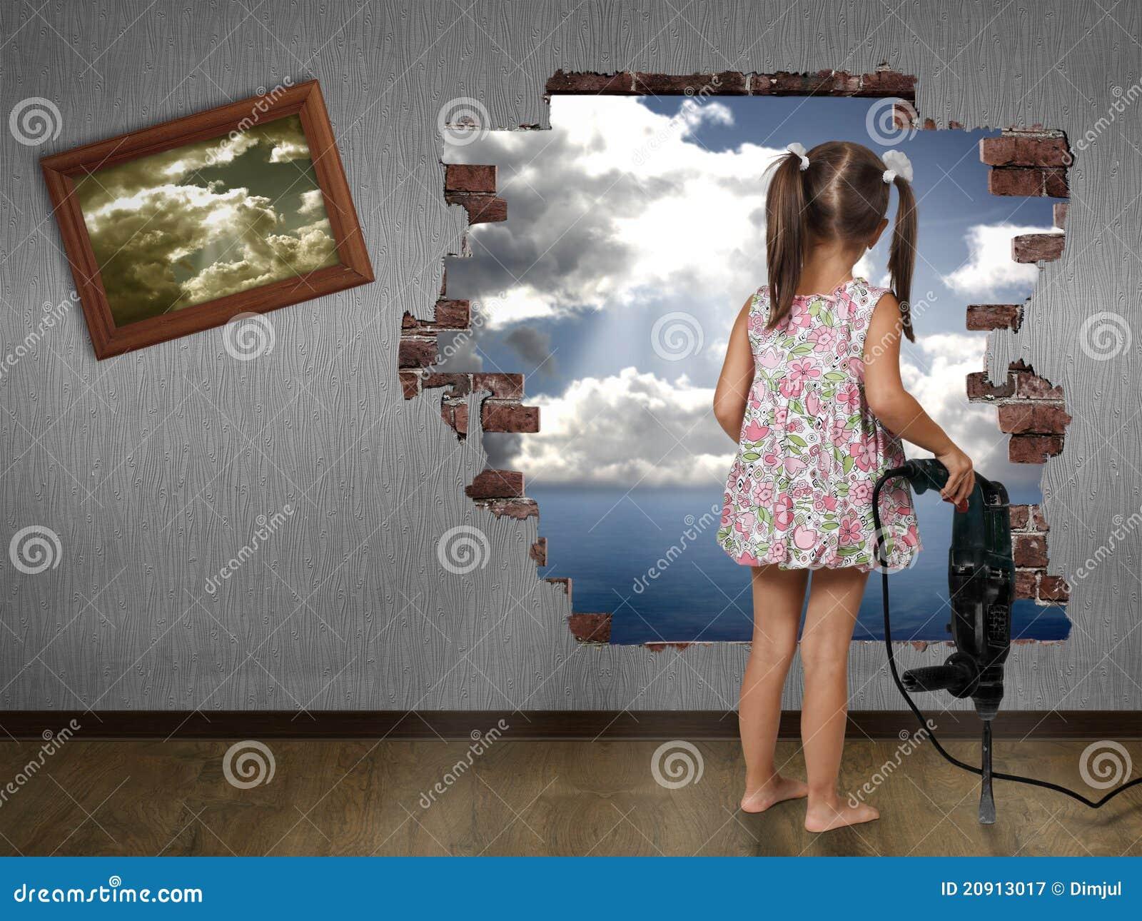 Ruptura da menina da criança a parede