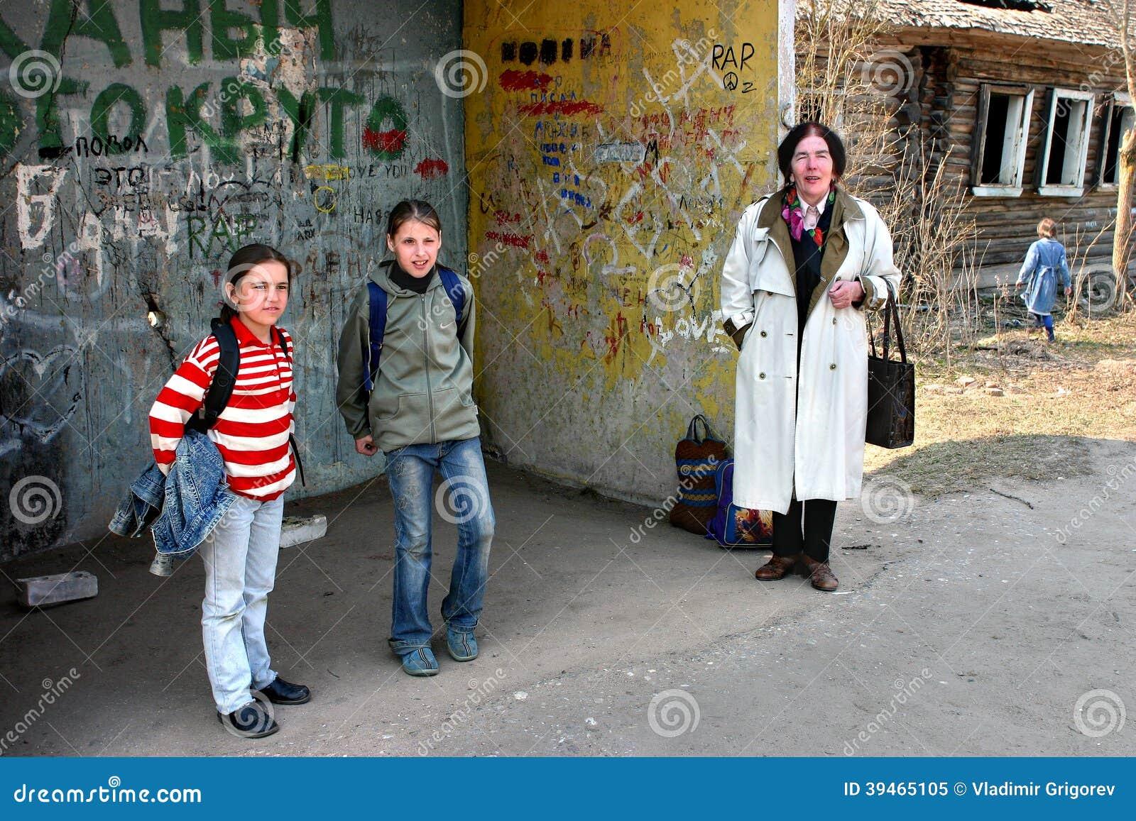 Сельскую девушку на остановке 4 фотография