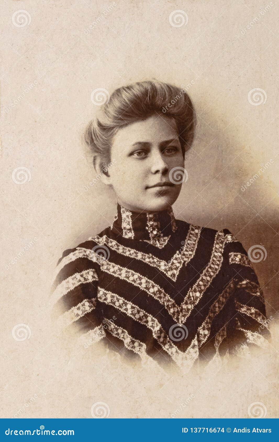 RUSIA - CIRCA 1905-1910: Un retrato de la mujer joven, foto de la era de Vintage Carte de Viste Edwardian