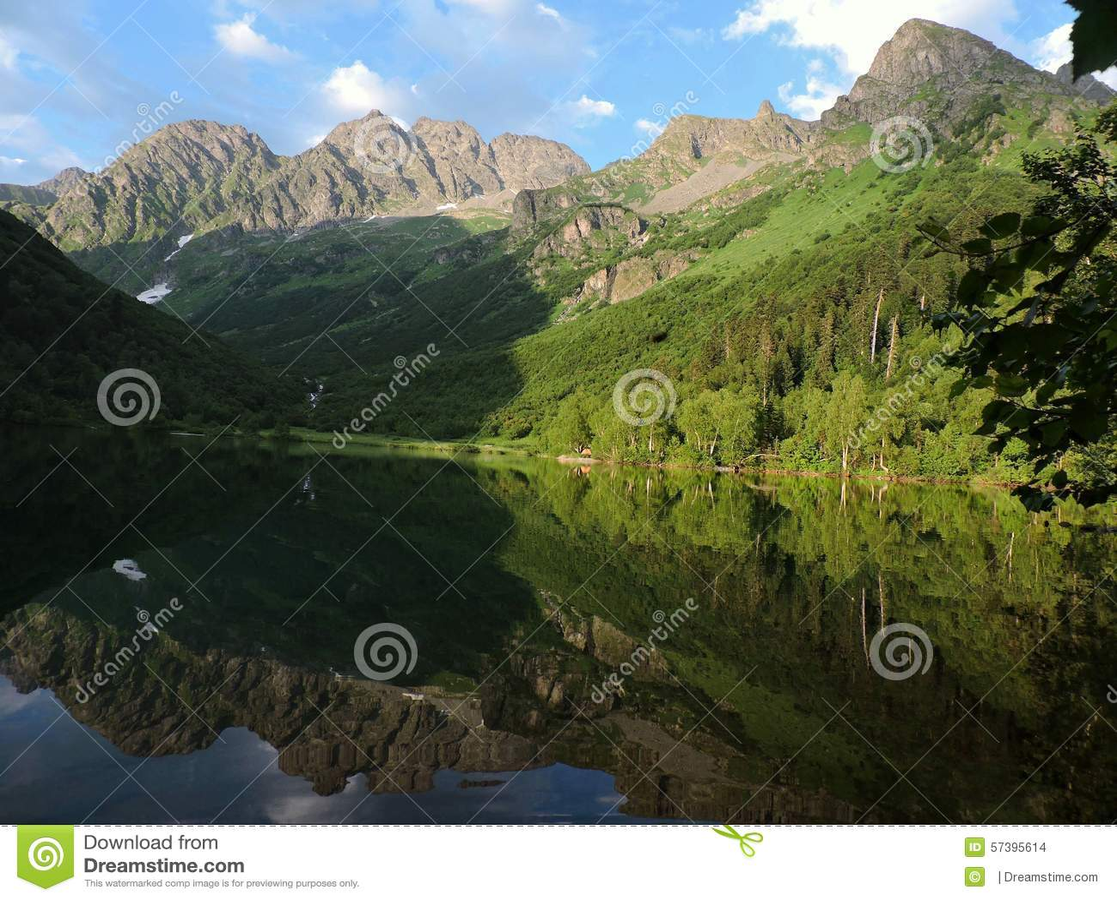 Rusia, el Cáucaso occidental Lago Kardyvach
