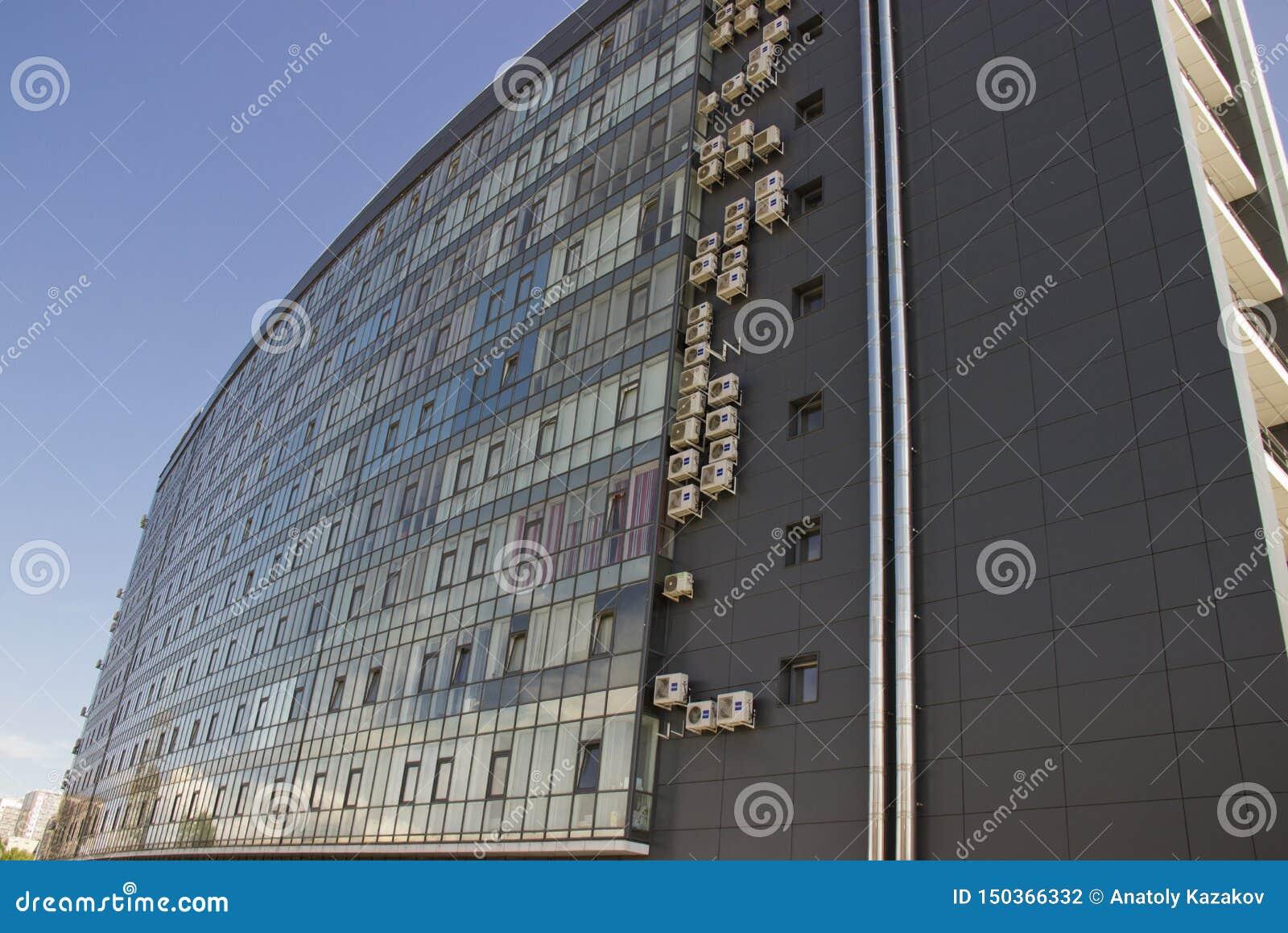 Rusia, Krasnoyarsk, junio de 2019: edificio de varios pisos con Windows y el un montón de cristal de aire acondicionado