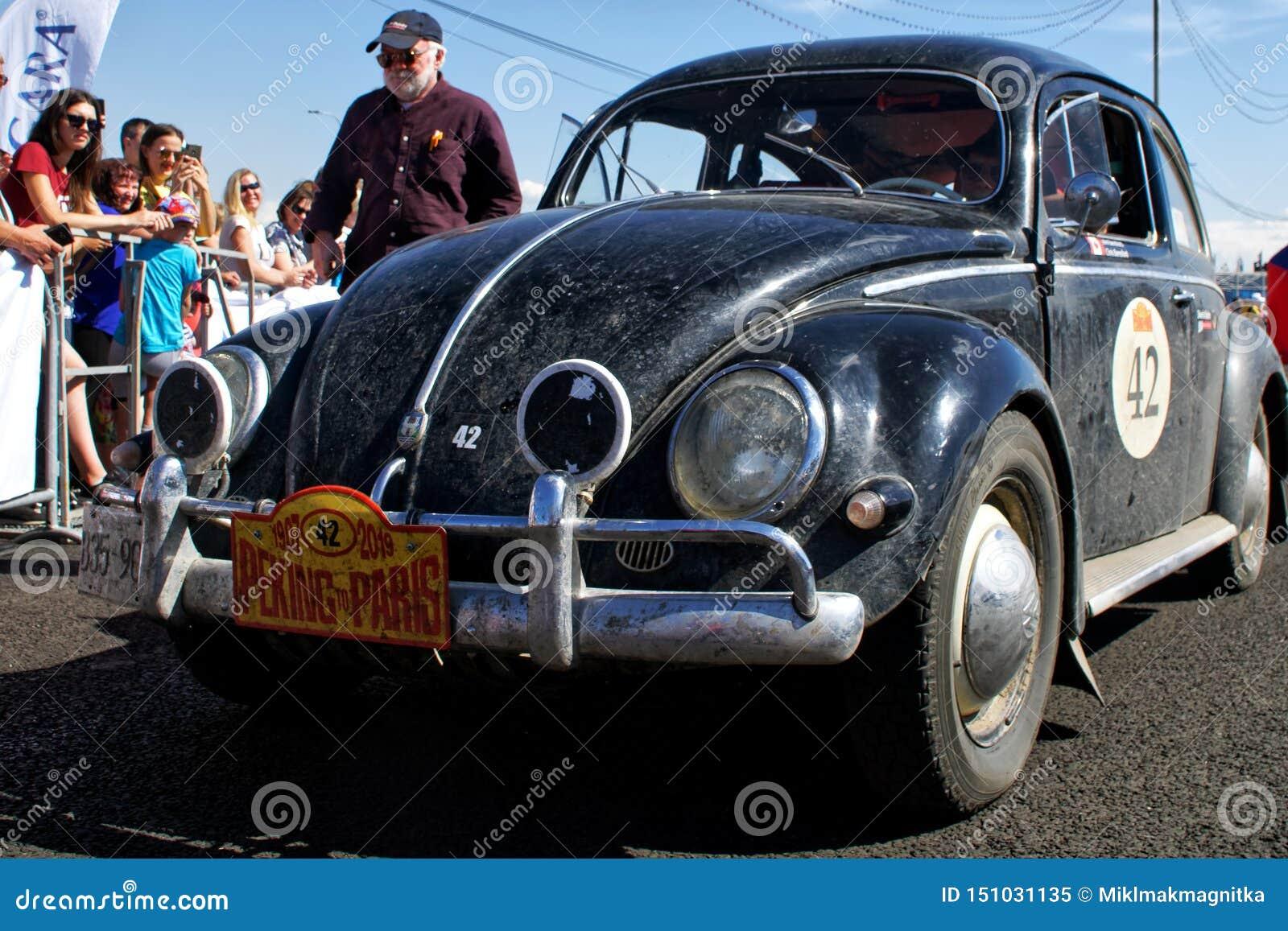 Rusia, Magnitogorsk, - junio, 20, 2019 El coche retro Volkswagen Beetle viejo paró en la avenida de la ciudad
