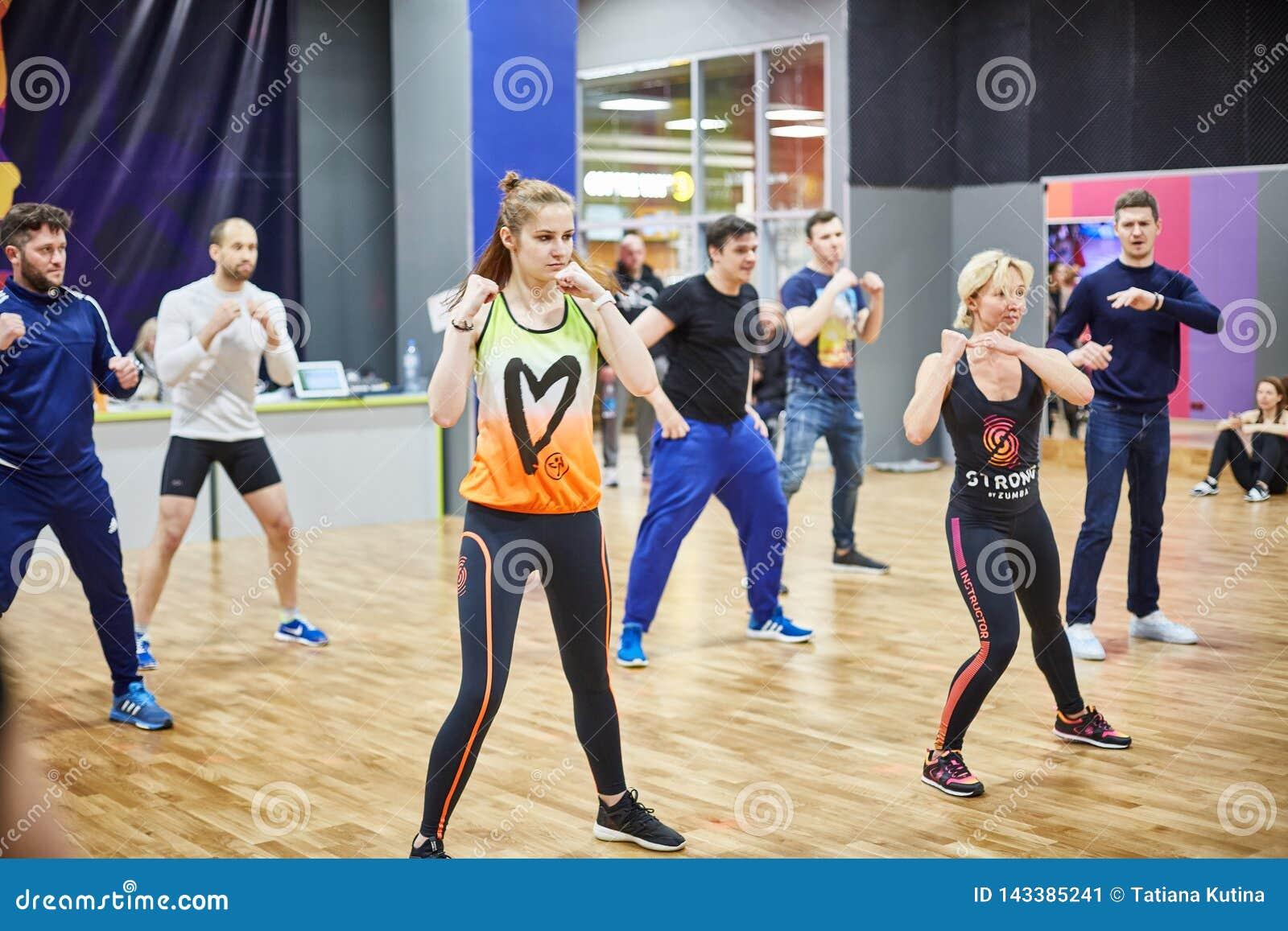 RUSIA, MOSCÚ - 3 DE JUNIO DE 2017 ara de la gente que aprende el boxeo en gimnasio