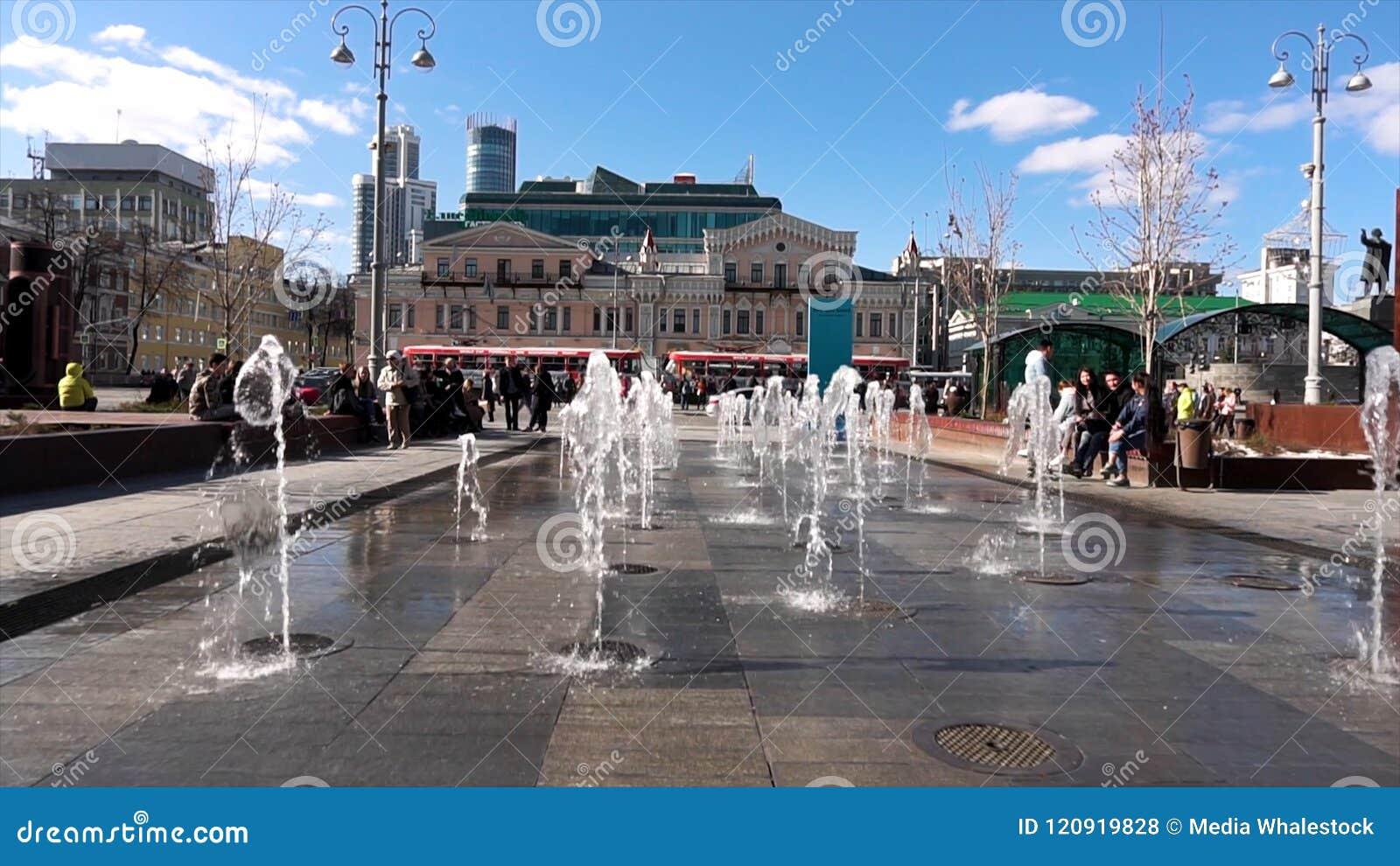 Rusia - Moscú, el 12 de junio de 2018: Coloree la fuente de la calle del baile en la calle de la ciudad Riegue la danza y los cam