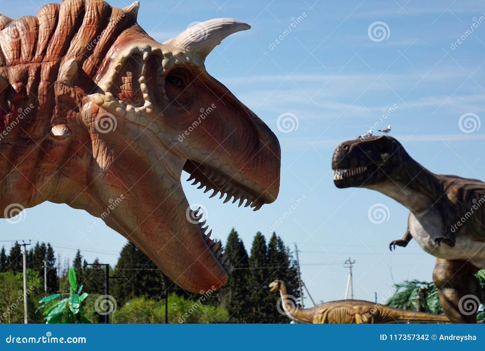Rusia - 20 pueden 2018 Animales del período jurásico Dinosaurio en el fondo del cielo azul