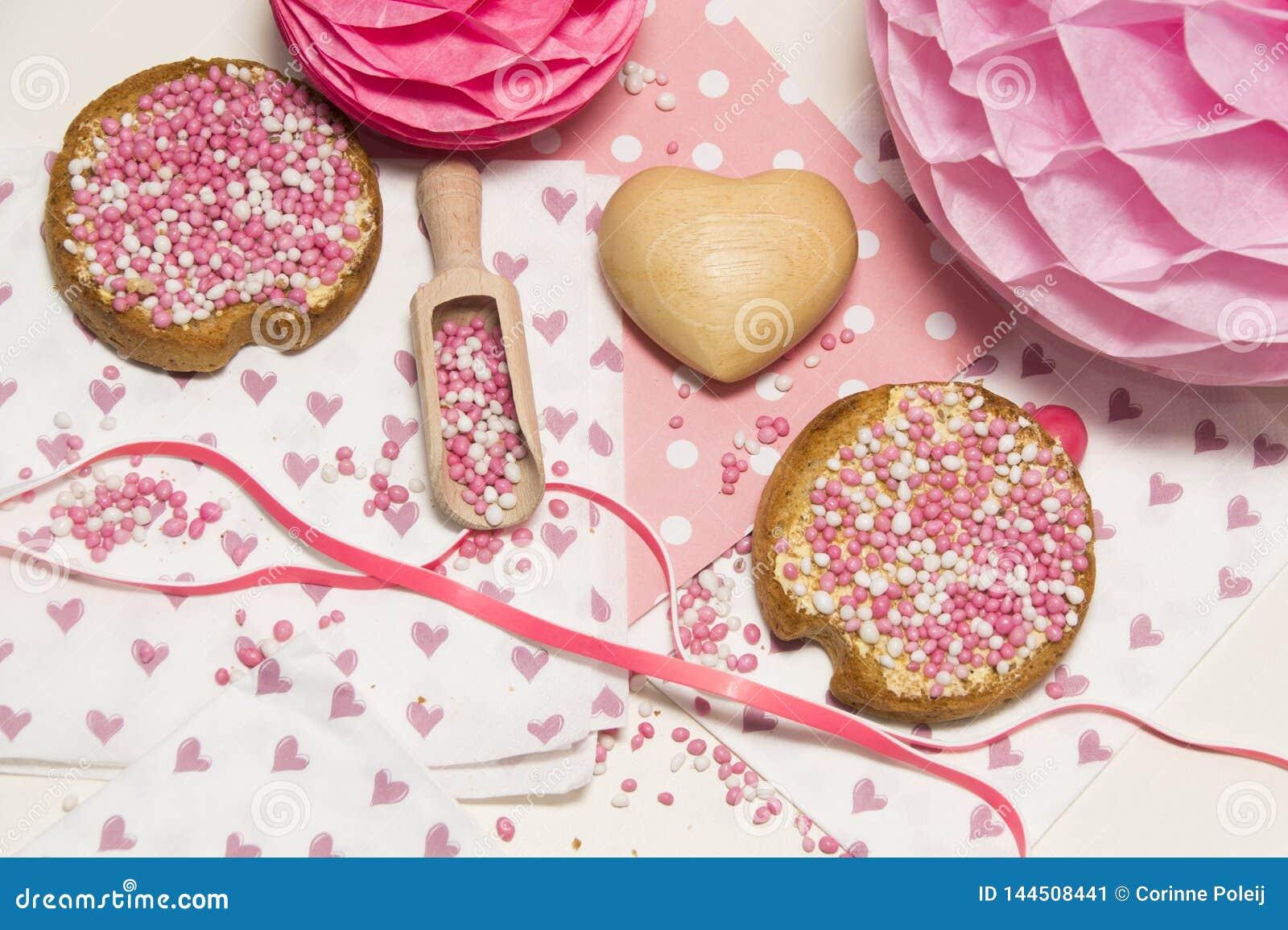 Rusk z różowymi aniseed piłkami, muisjes, tradycja w holandiach świętować narodziny córka