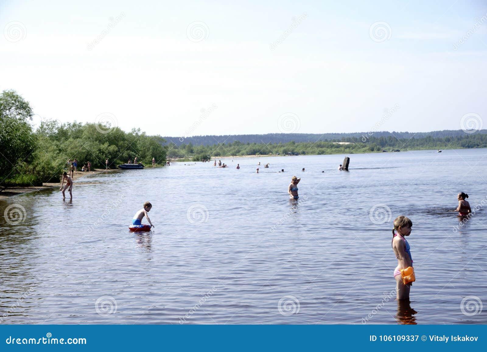 Rusland - Berezniki 18 Juli: de jongeren springt in de rivier bij zonsondergang