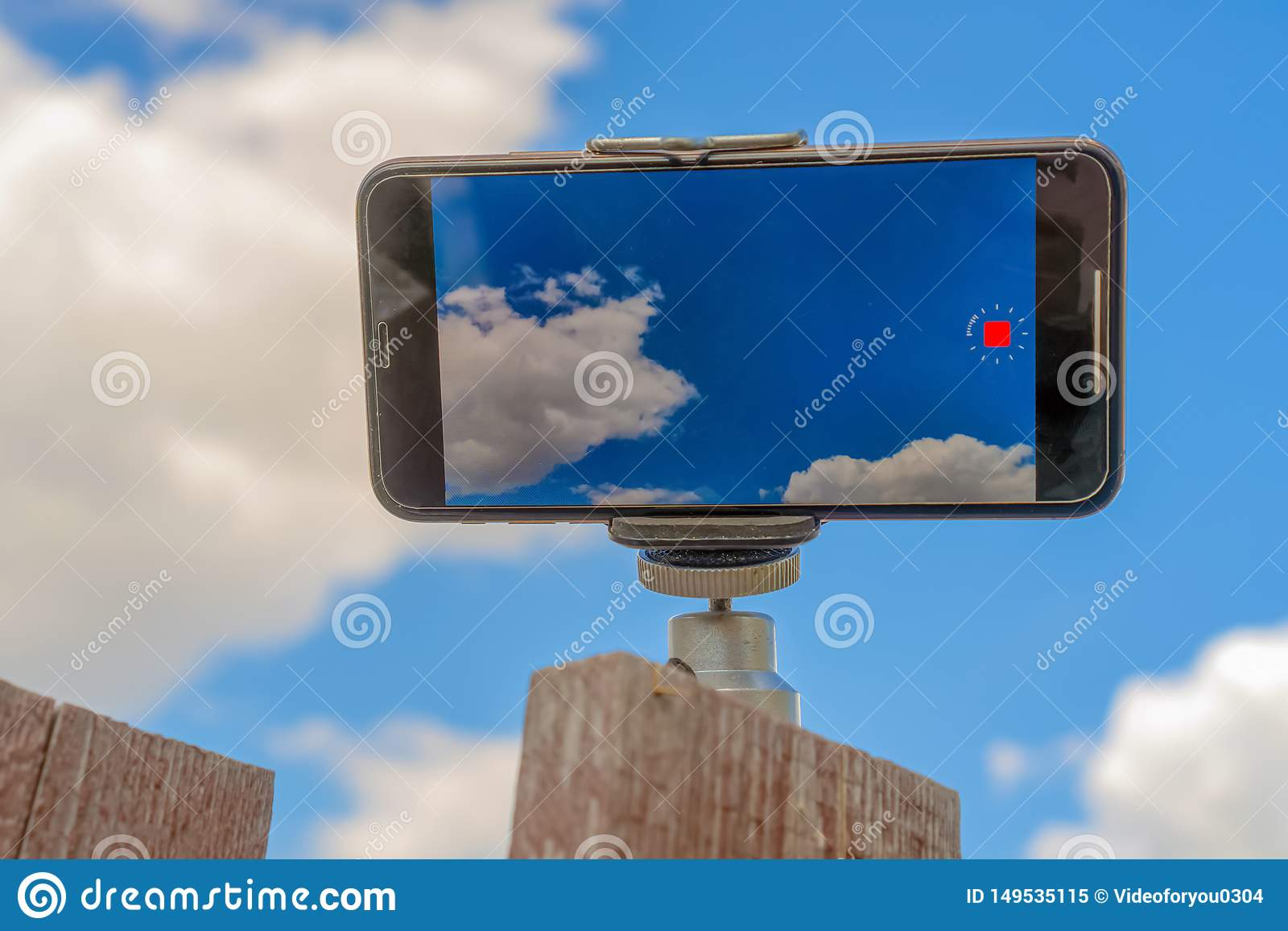 Rusland, Kazan - Mei 10, 2019: video de tijdtijdspanne van iPhonexs spruiten Hemelfoto op iPhone XS
