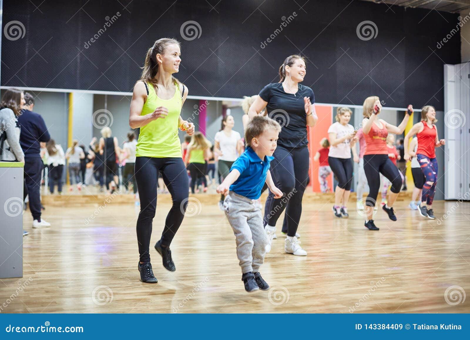 RUSLAND, MOSKOU - 03 JUNI, 2017 meisjes en jonge geitjes spelen sporten in de gymnastiek