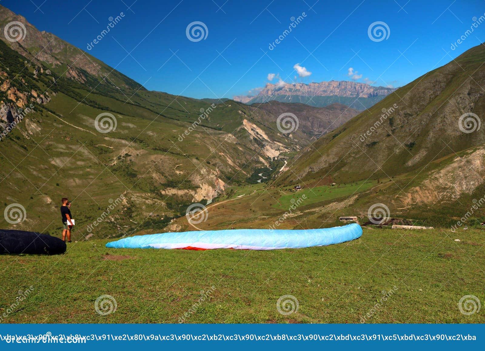 Download Rusland Republiek Kabardino-Barkar Chegem Paradrome Waar De Dromen Waar Komen, Vluchten Over De Aarde!!! Redactionele Foto - Afbeelding bestaande uit toeristen, heet: 104626571