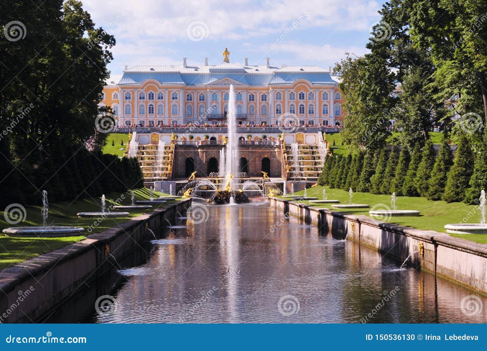 Rusland, St. Petersburg, Peterhof Juli 2014, Paleis met fontein