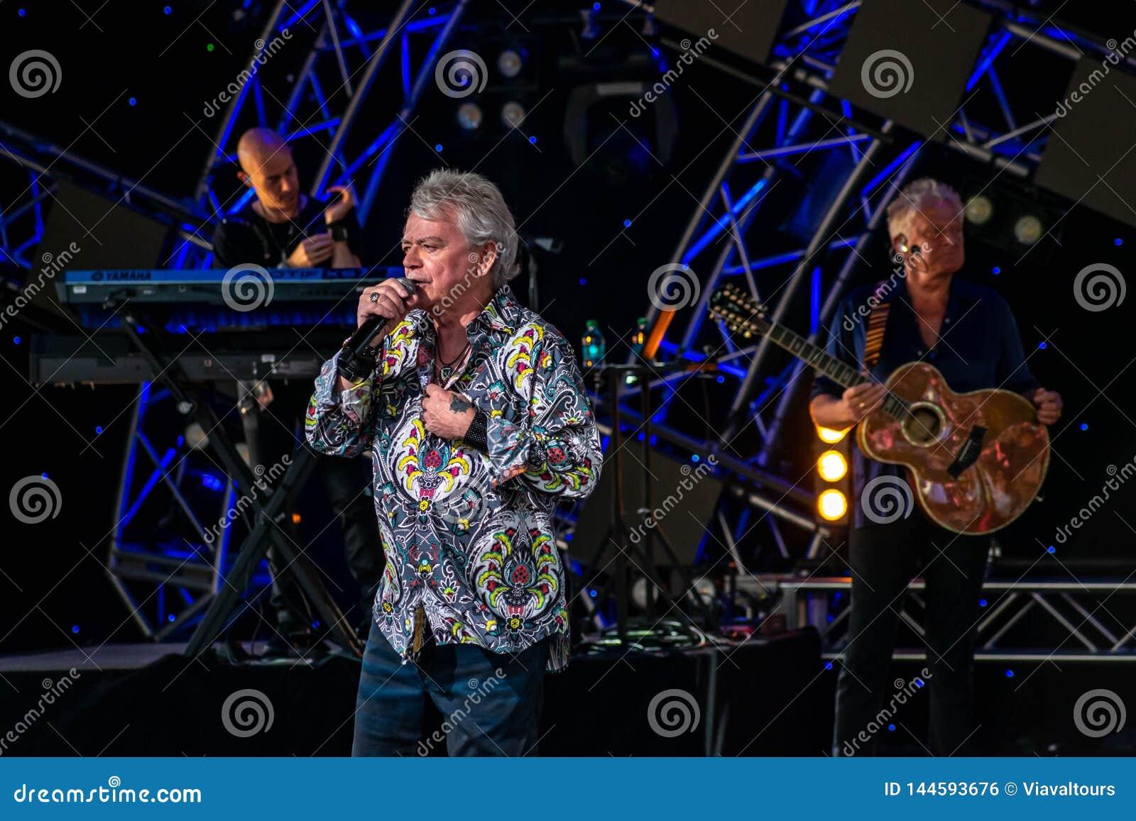 Russell Hitchcock från lufttillförsel som sjunger härlig melodi på Epcot i Walt Disney World 2