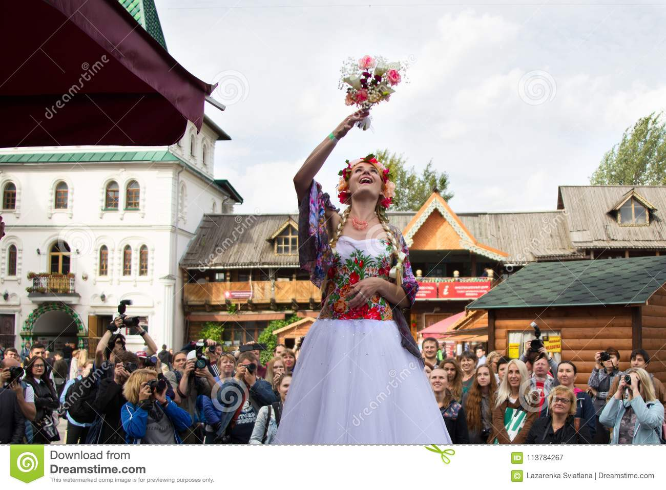 The Russian bride throws a bouquet.