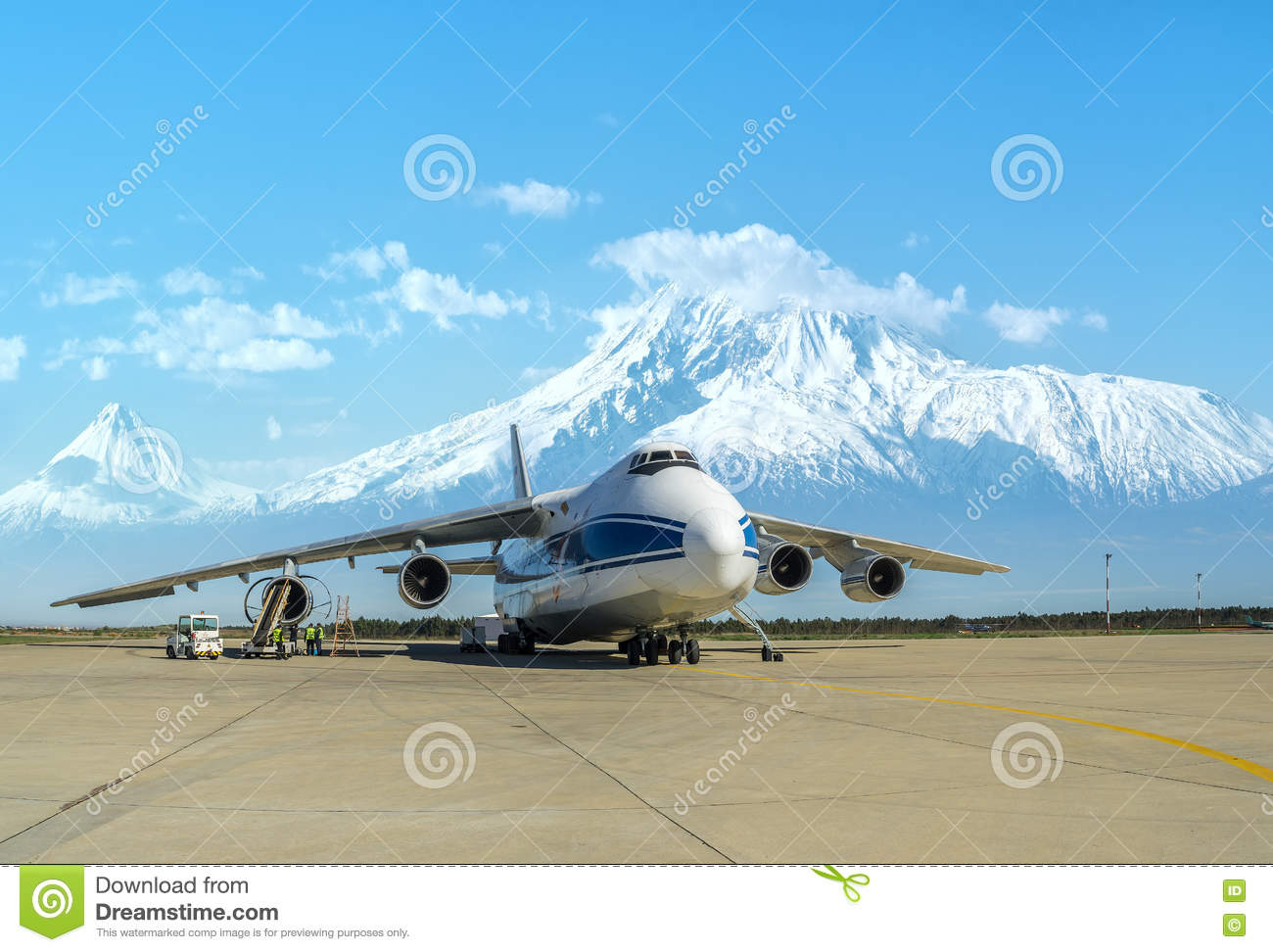 Aeroporto Yerevan : Russian ruslan cargo plane at the airport of yerevan