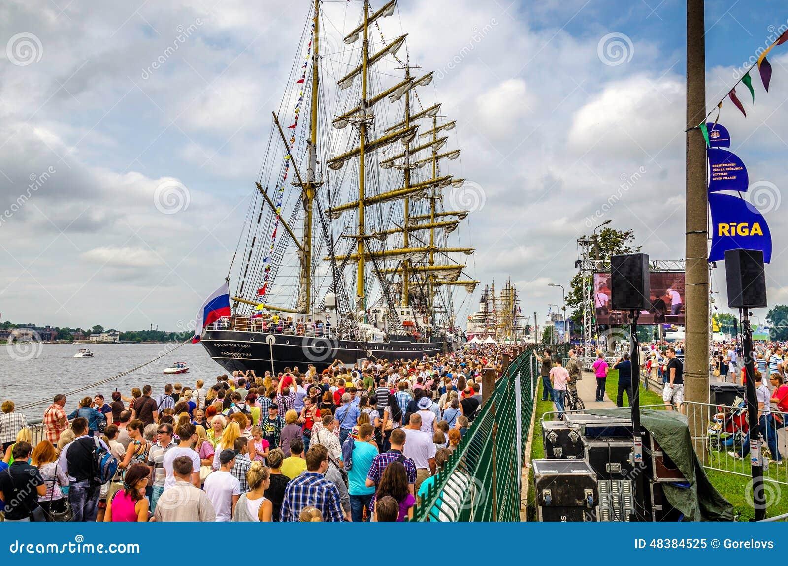 Russisch fregat Kruzenshtern bij de haven van Riga tijdens regatta