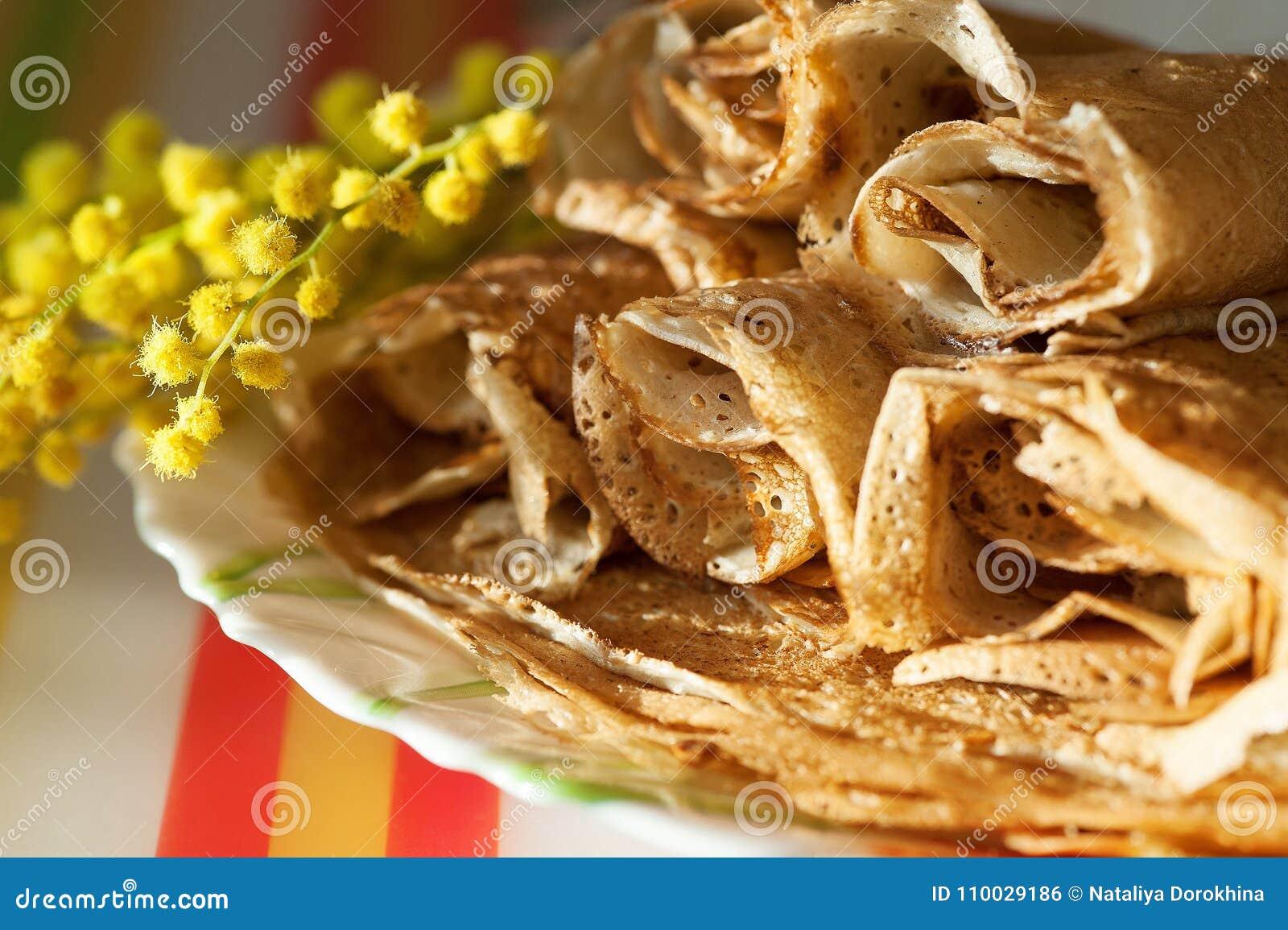 Russische Maslenitsa, Shrovetide, pannekoekweek, Carnaval, shrove, pannekoekdag een stapel pannekoeken met boter boven