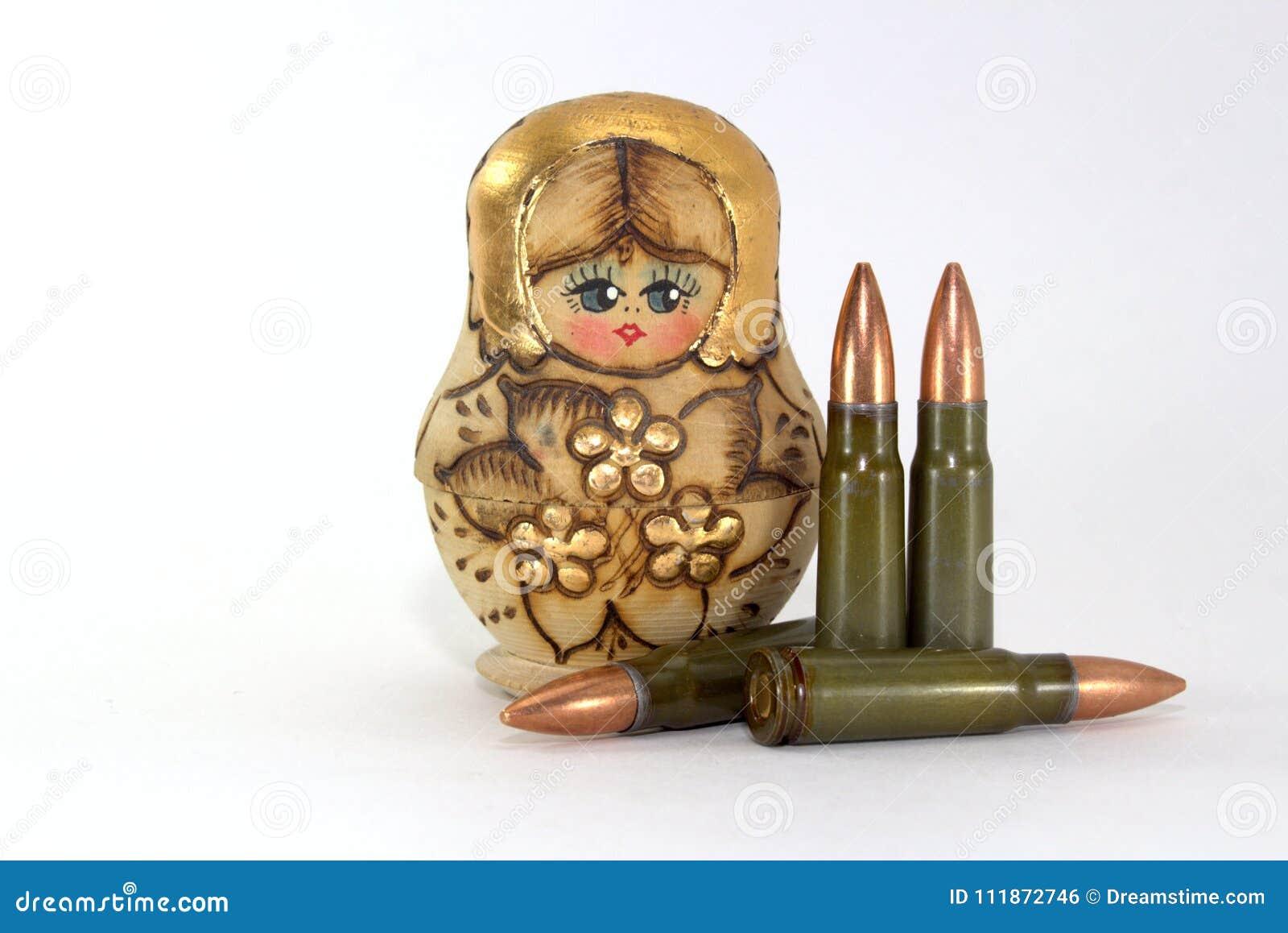 Russische matryoshka en verscheidene patronen voor de geweren van de Kalashnikovaanval