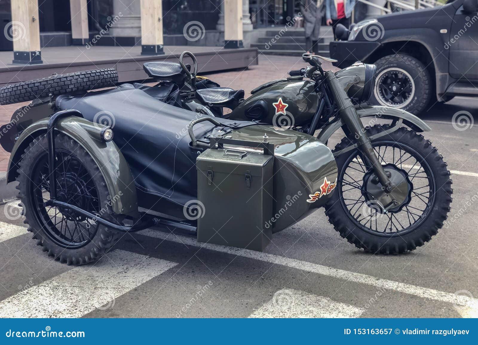 Russische retro kaki motorfiets URAL Moto tijdens de tweede wereldoorlog met Sovjetsymbolen
