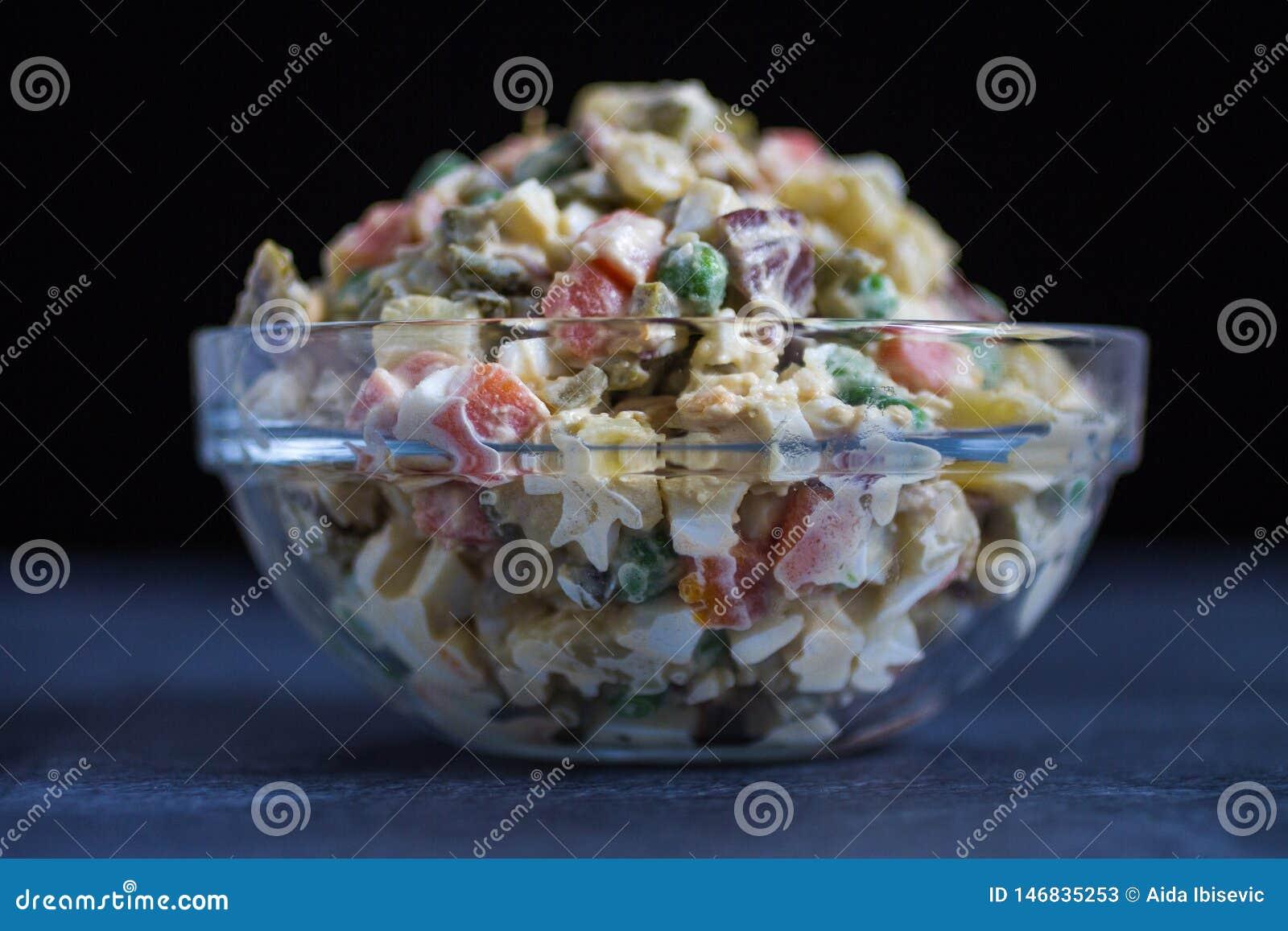 Russische Salade of Salade Olivier op de Donkere Achtergrond van de Glaskom