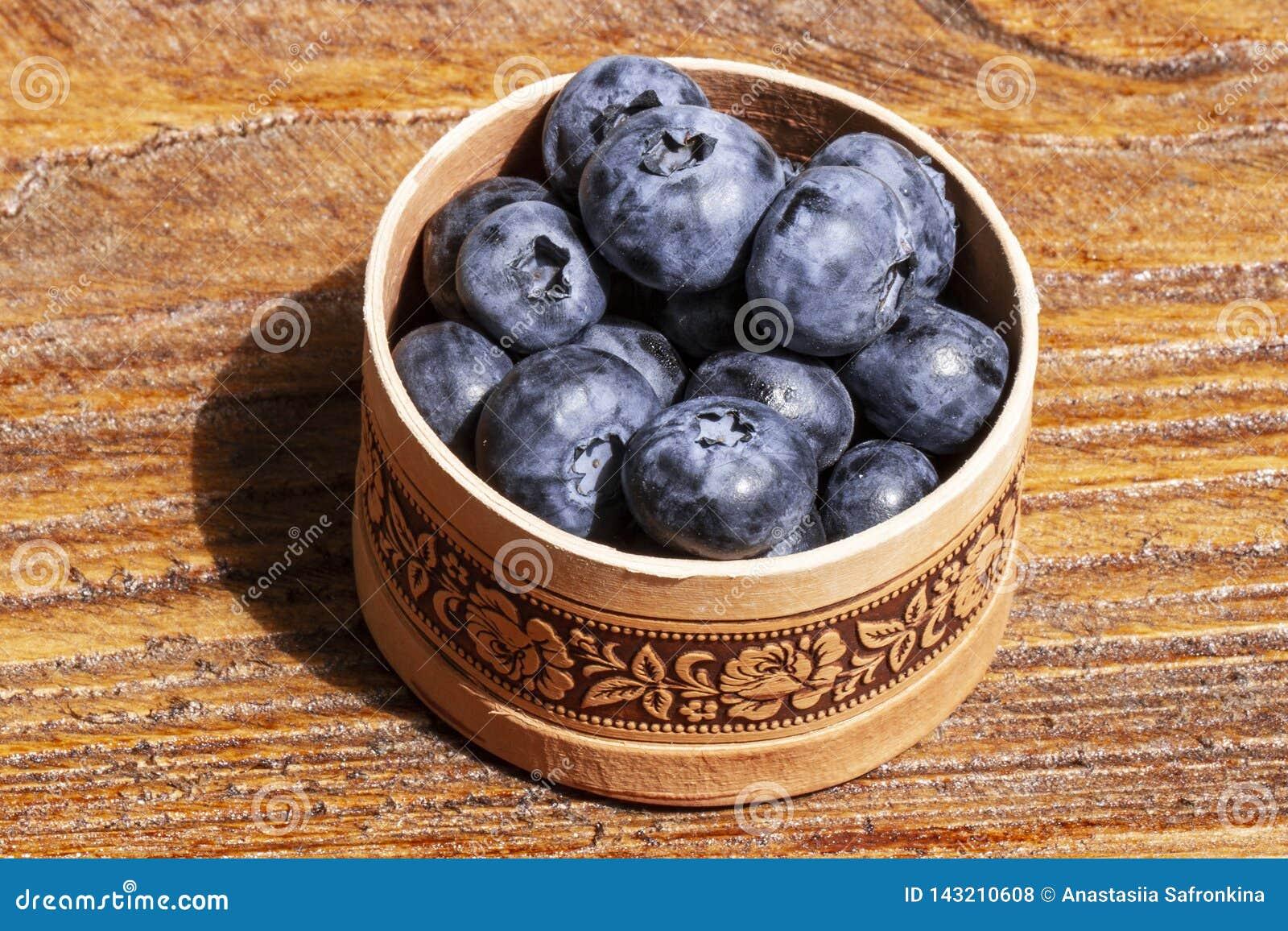 Russische Suppengrünbarkenschüssel frische Blaubeeren auf rustikalem Holztisch Gesunder organischer Saisonfruchthintergrund