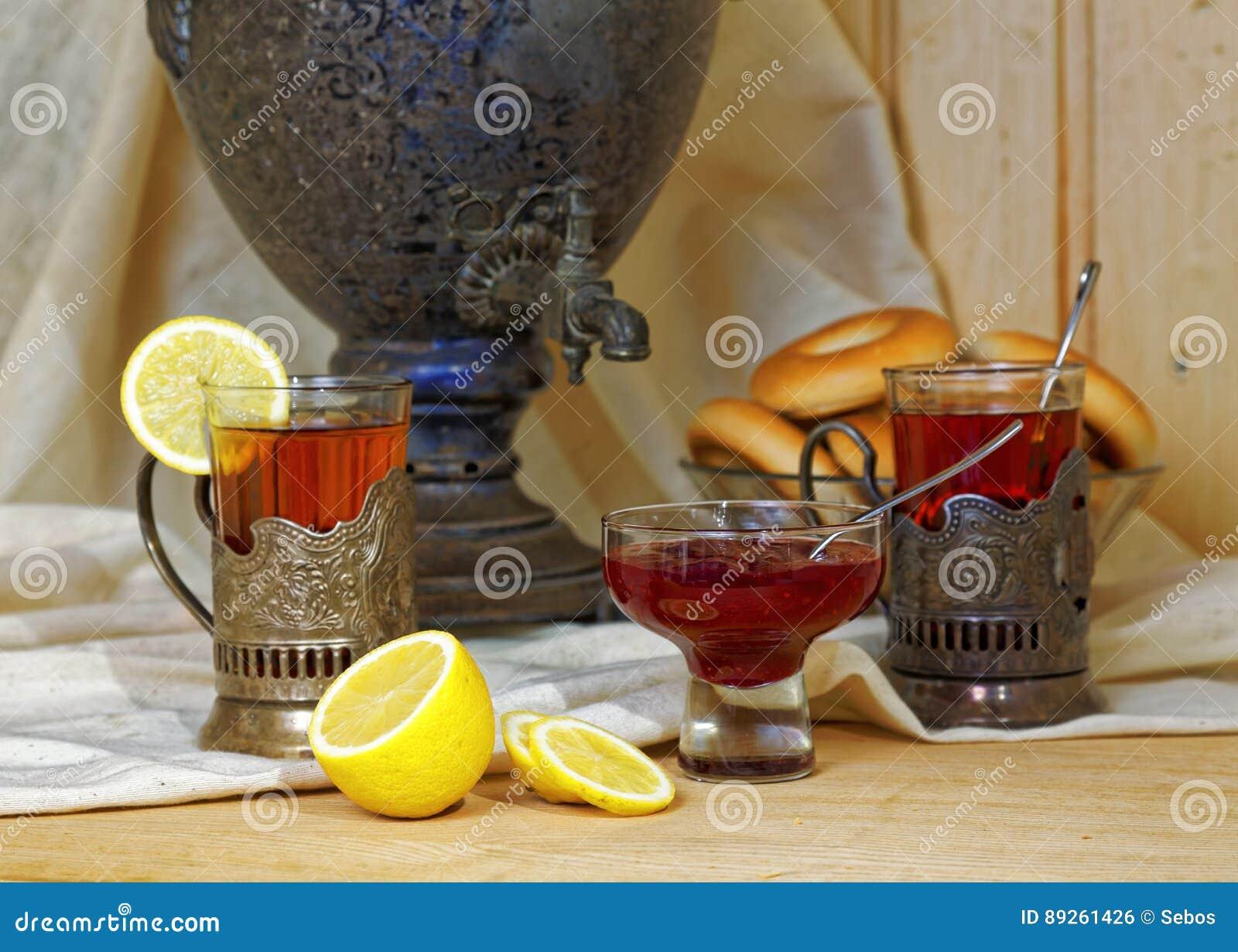 Russischer Samowar, Tee Mit Zitrone In Facettierten Gläsern Mit ...