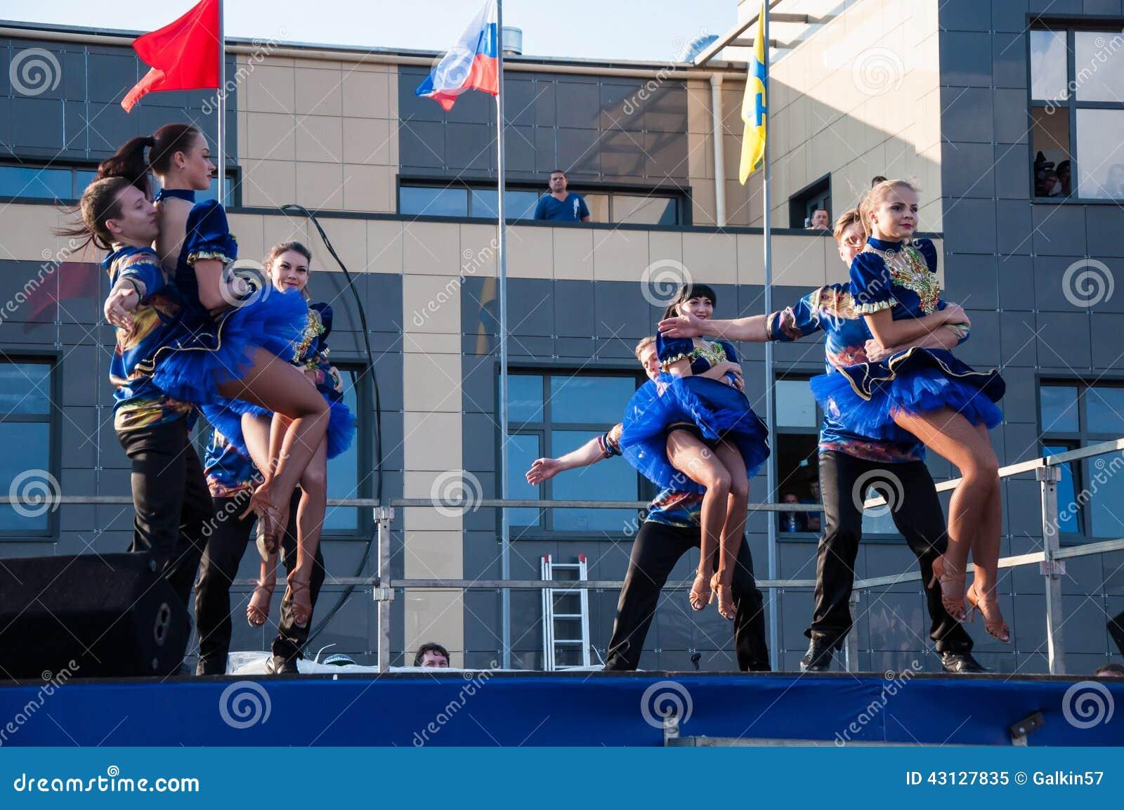 Russischer Volkstanz wird im Offenen Himmel durchgeführt