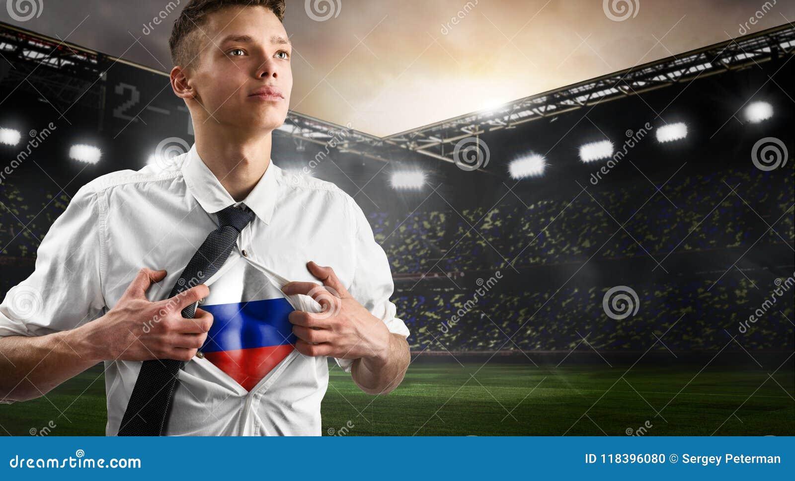 Russland-Fußball- oder -fußballanhänger, der Flagge zeigt