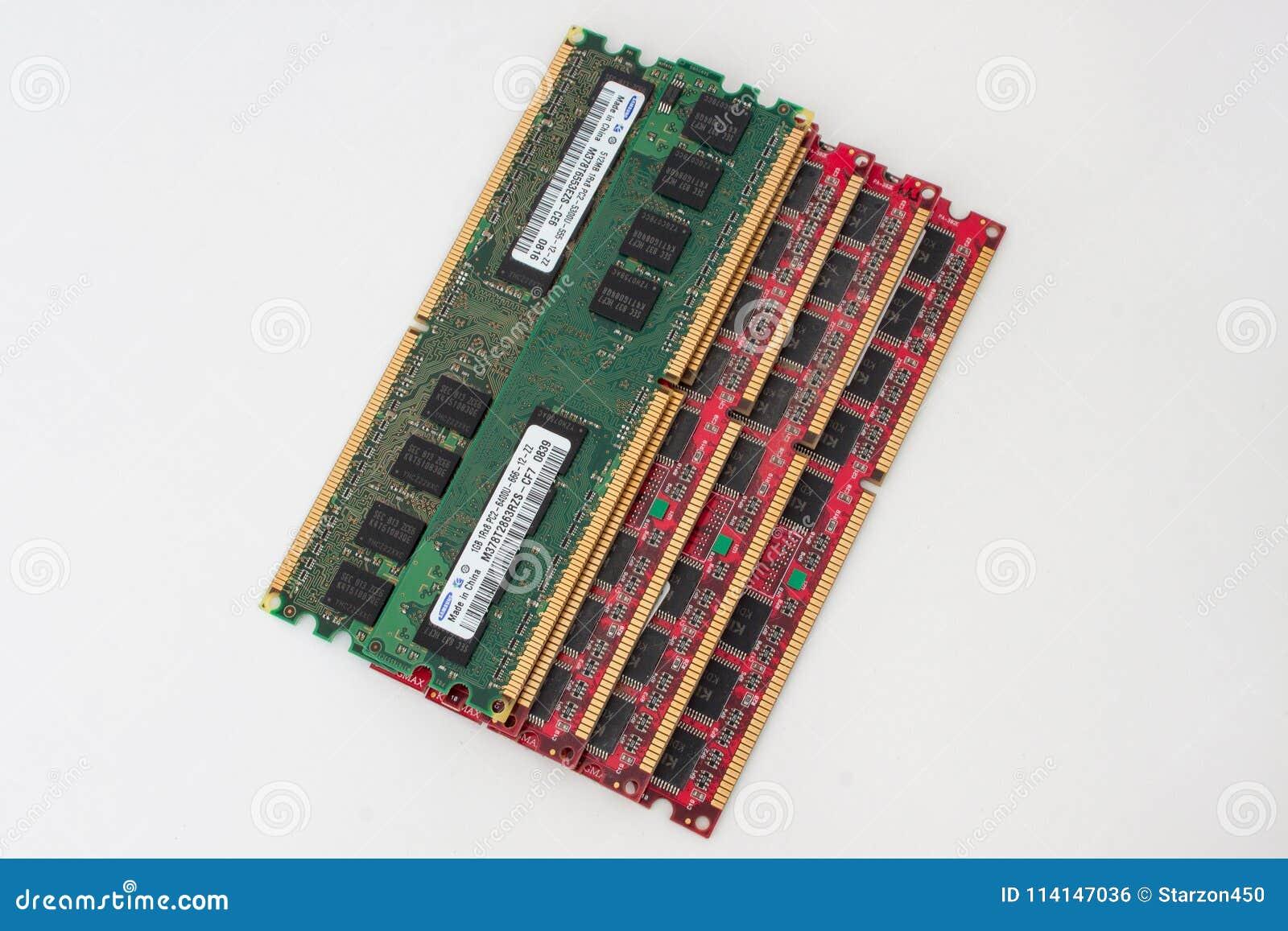 Russland, Izhevsk - 27. Februar 2017: Gruppe von sechs Computer DDR-Gedächtnismodulen Samsung und Kingmax Lokalisierter Gegenstan