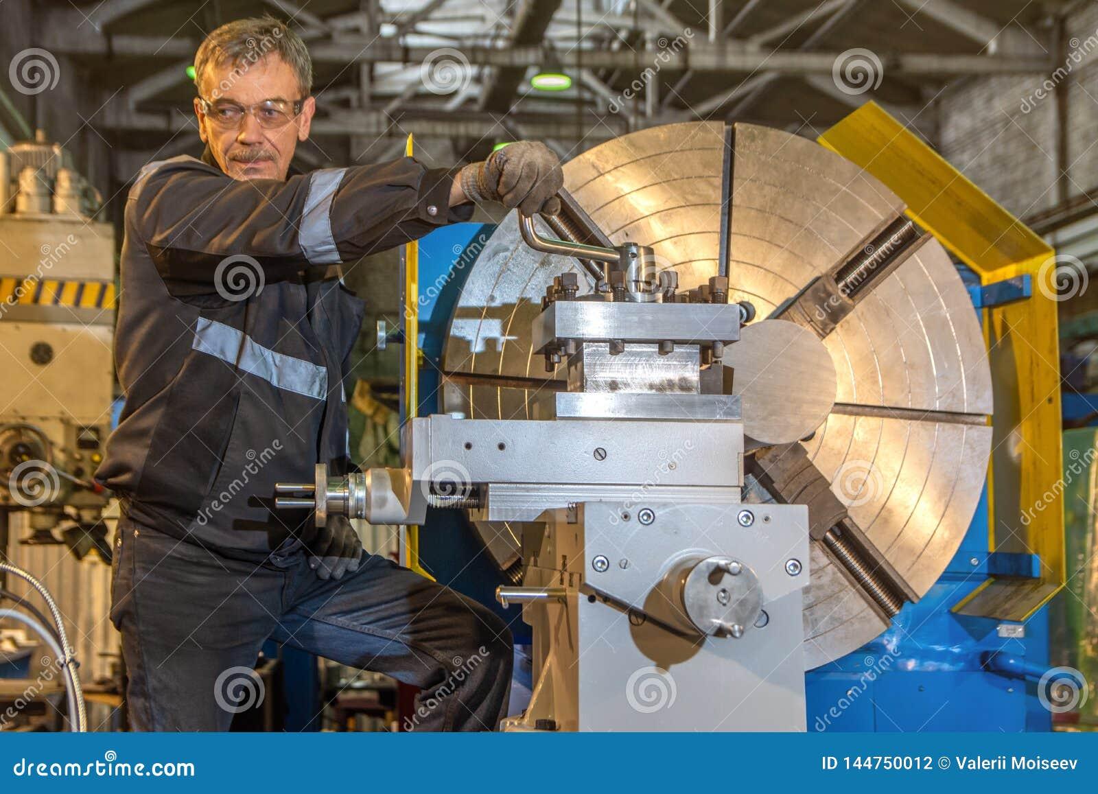 2019 01 16: Russland, Ryazan Mann, der gro?en industriellen CNC-Drehbankmaschinenausschnitt die Stahlstange justiert
