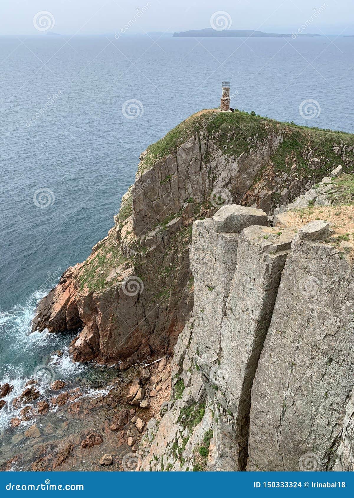 Russland, Wladiwostok, Insel von Shkot im wolkigen Wetter Kap Mayachny Alter Leuchtturm