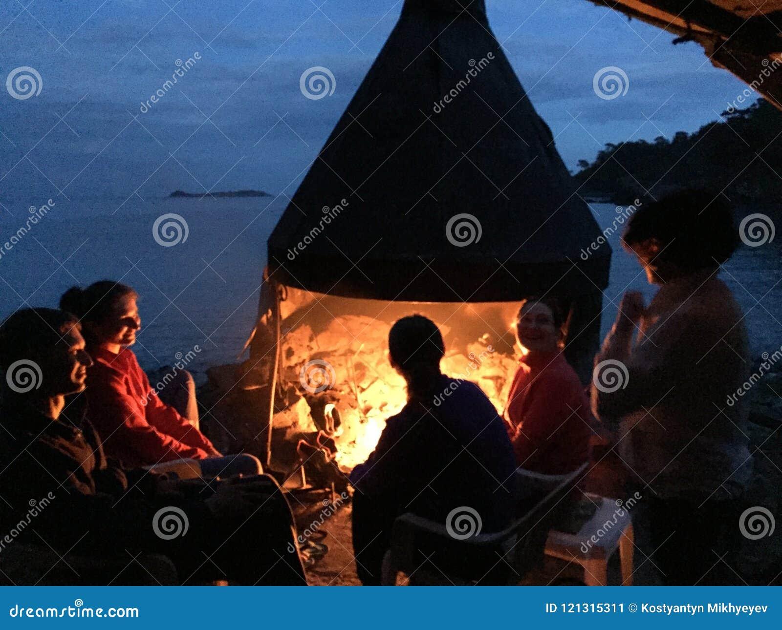 Rust dichtbij de brand op de kust van de Middellandse Zee