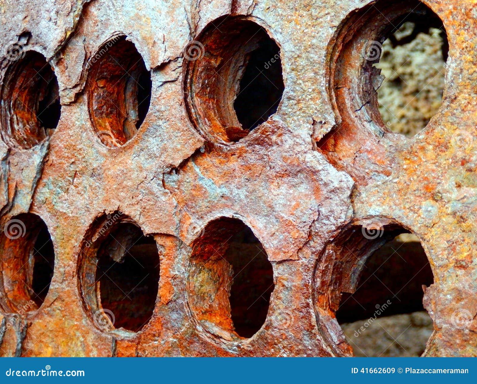 Rusted пефорировало металл