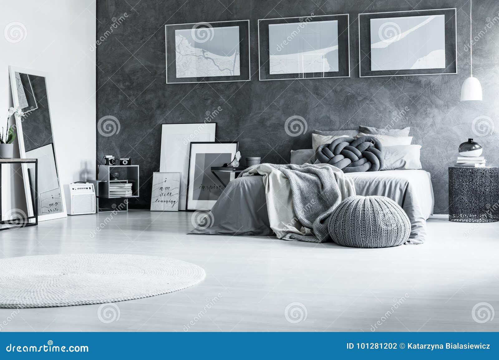 Rustgevende zwart witte slaapkamer stock foto afbeelding