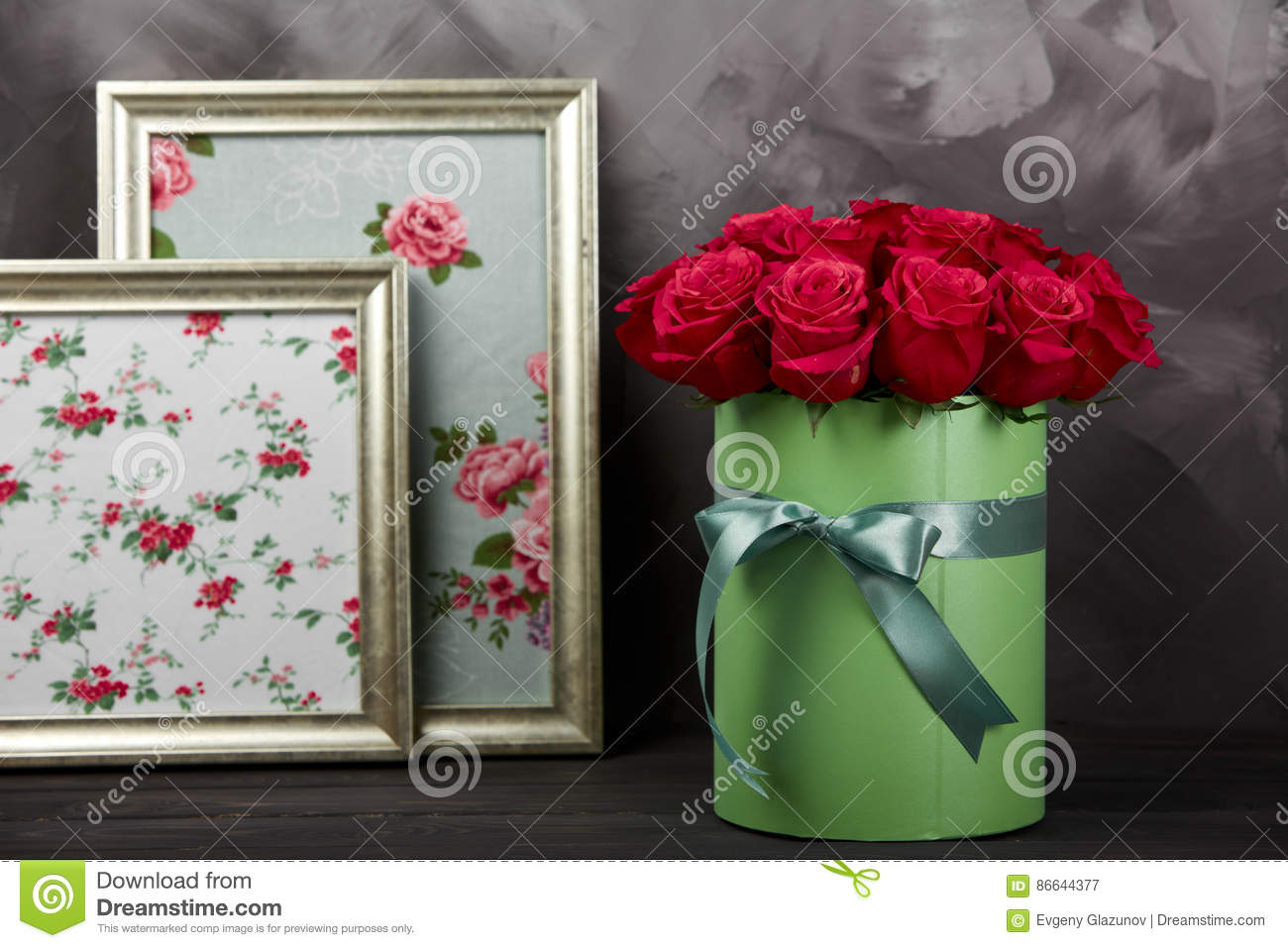 Rustic Home Decoration Red Roses Bouquet In Green Gift Box