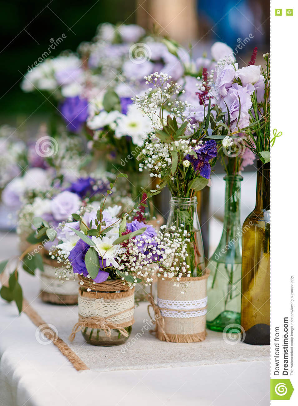 Using Flowers To Decorate A Party Table