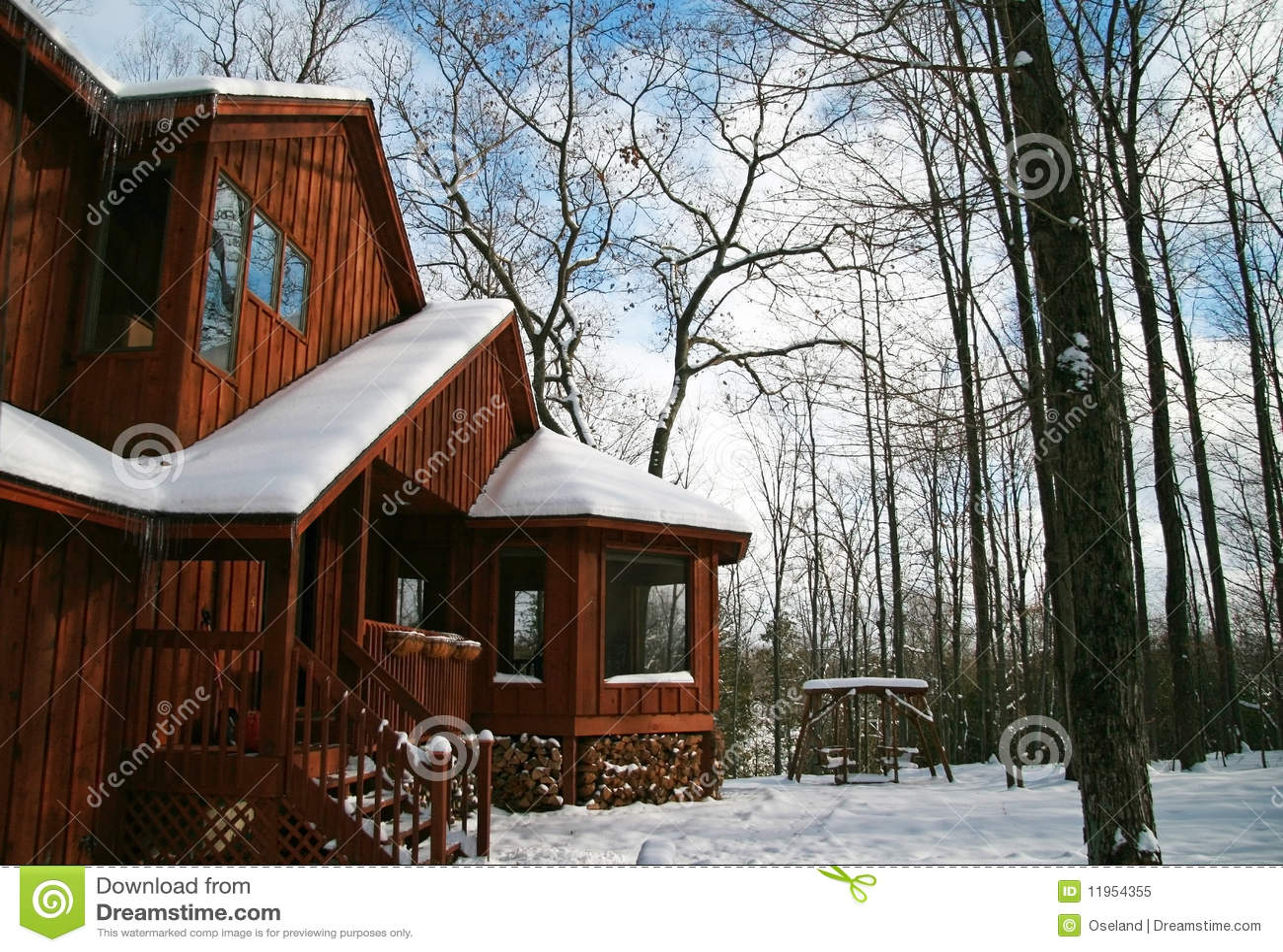 Rustiek eigentijds huis in het hout stock afbeelding afbeelding