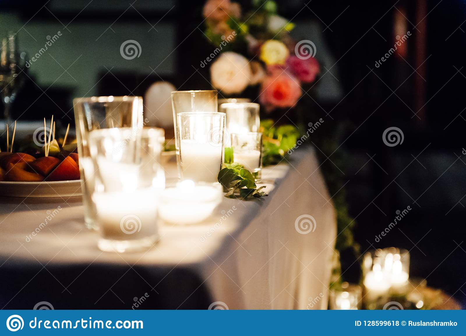 Rustiek huwelijksdecor op een houtachtergrond Hoofdlijst die voor bruid en bruidegomjonggehuwden plaatsen