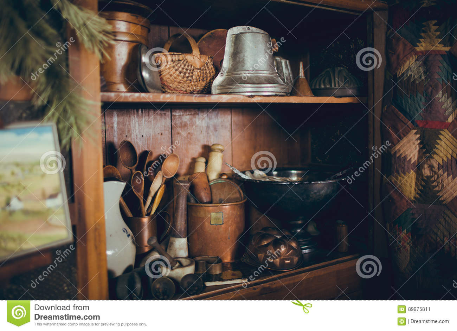 Ongekend Rustieke Antieke Keukenkast Met Keukengerei Stock Afbeelding OQ-96