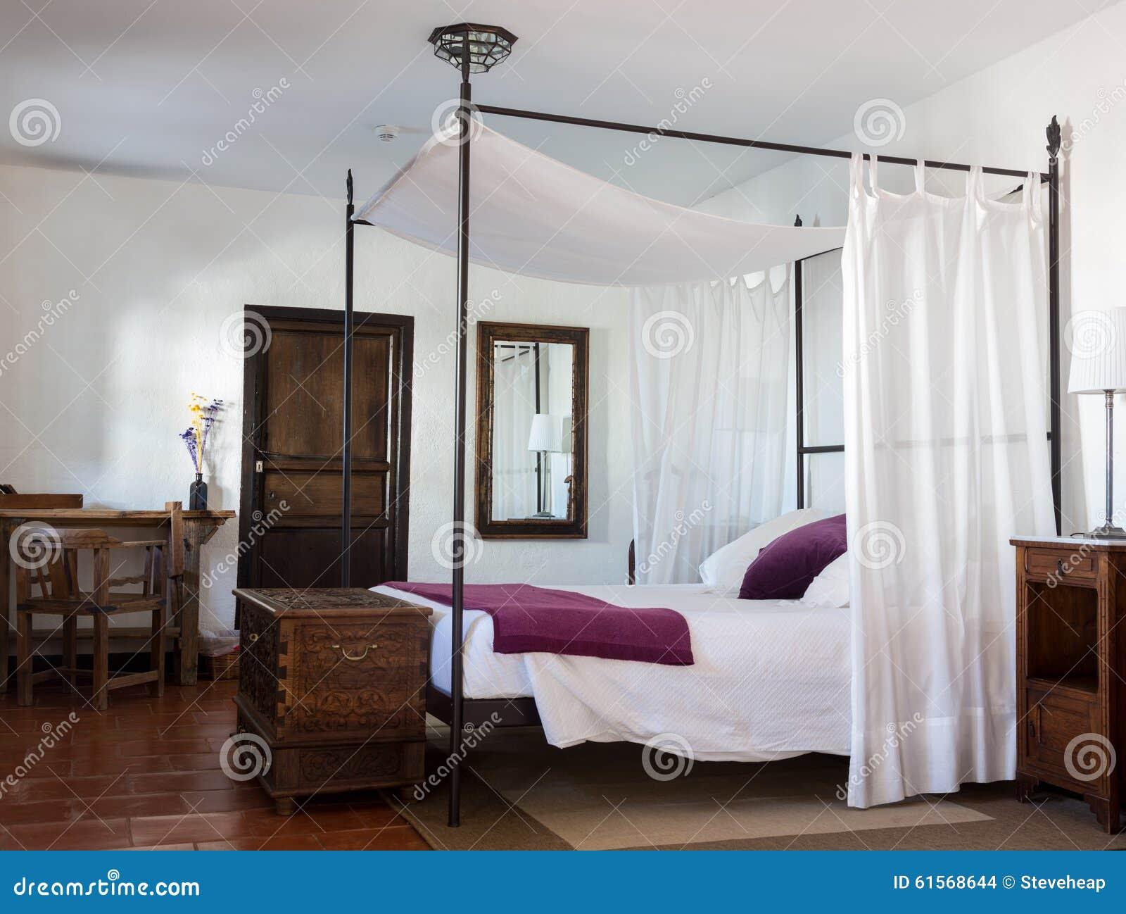 Rustieke Slaapkamer In Luxehotel Stock Foto - Afbeelding bestaande ...