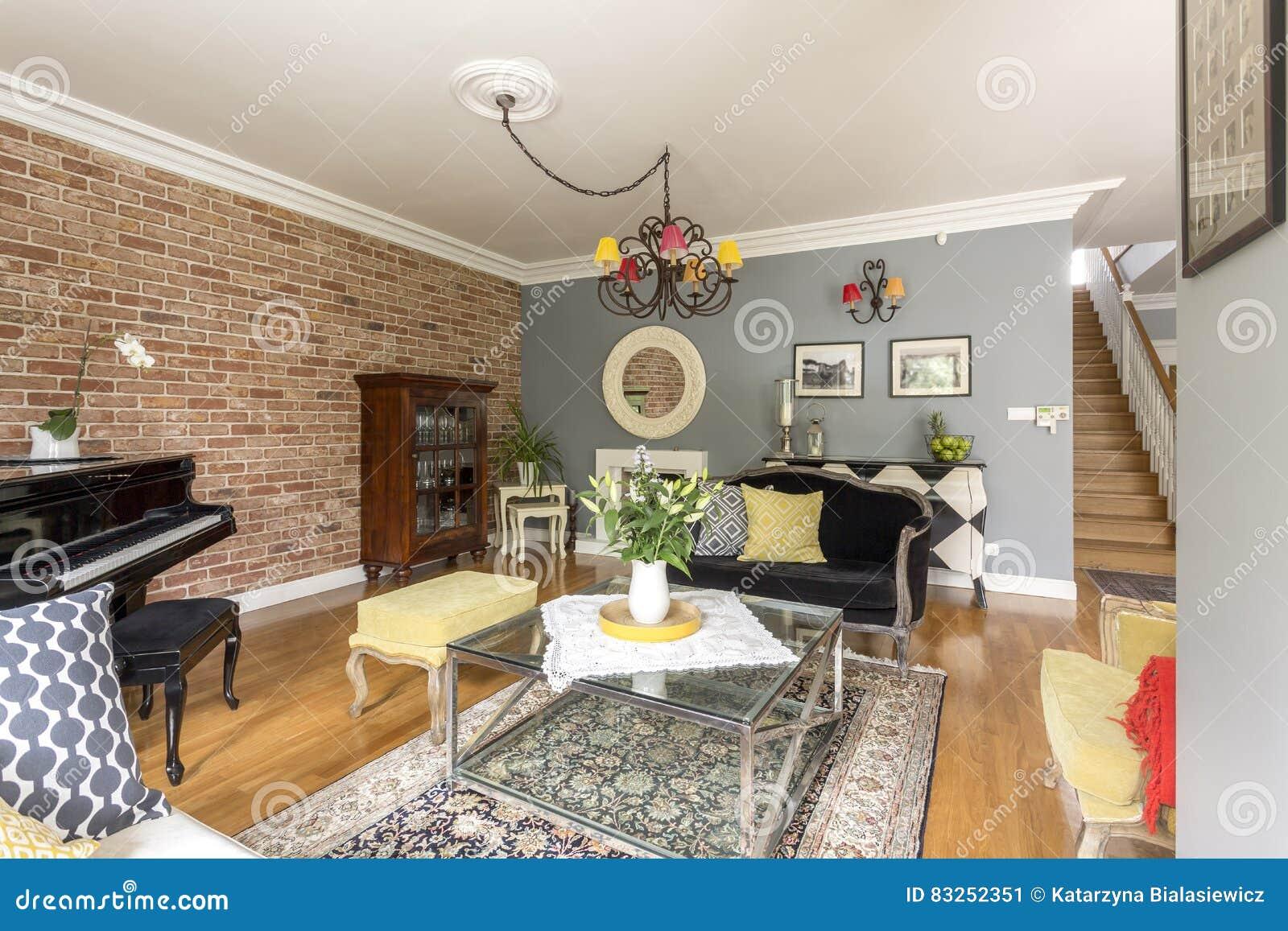 Rustieke Woonkamer Met Piano Stock Afbeelding - Afbeelding bestaande ...