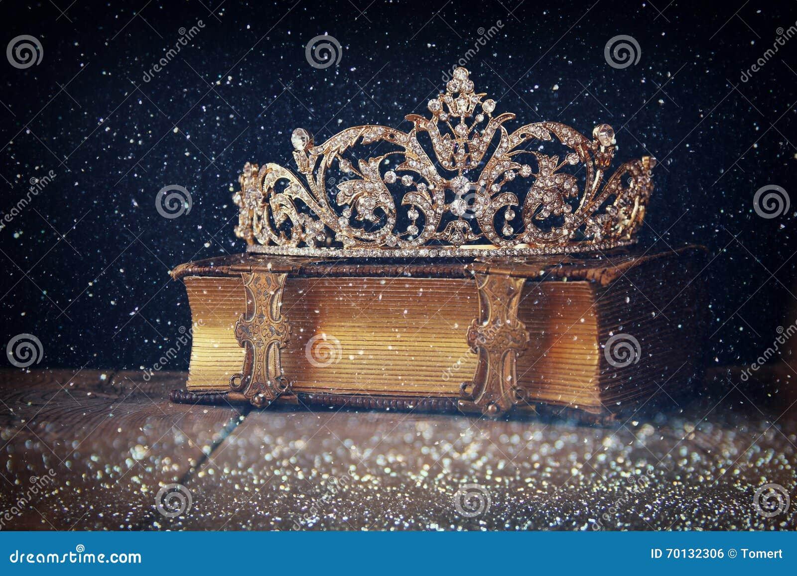 Rustig beeld van decoratieve kroon op oud boek Gefiltreerde wijnoogst
